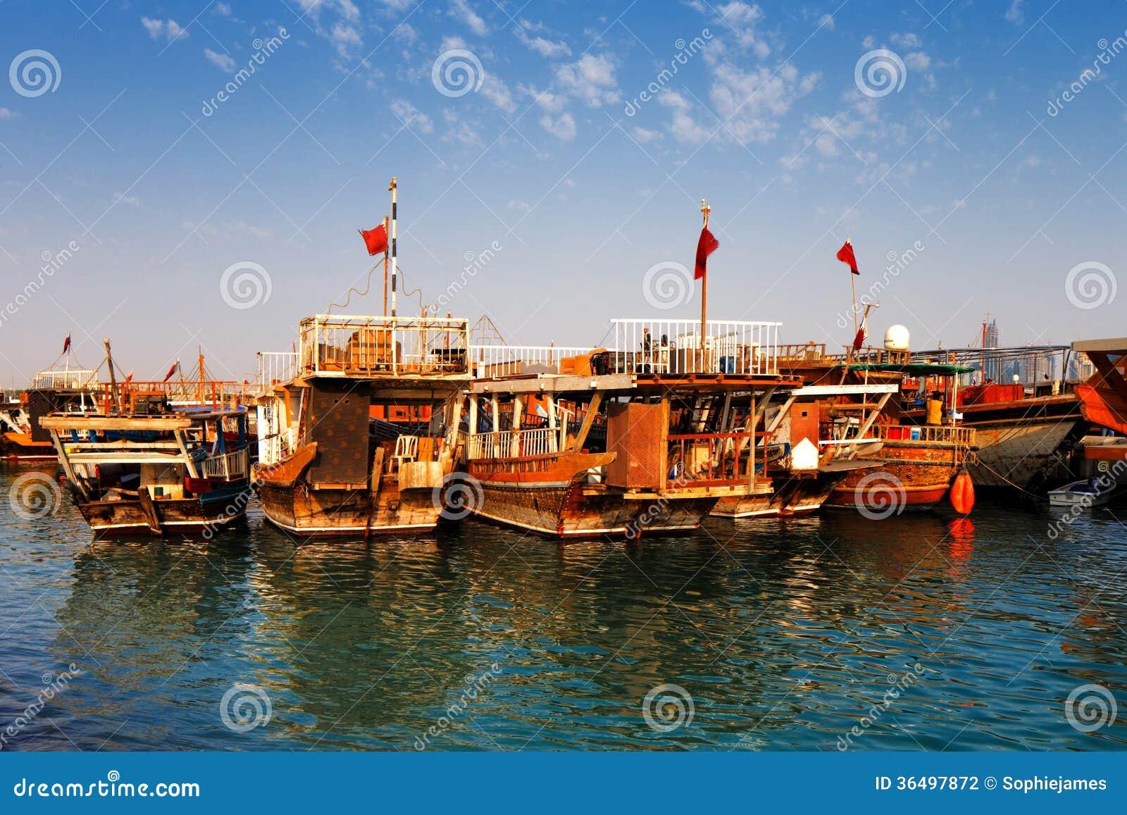 Les bateaux traditionnels ont appelé Dhows dans la baie occidentale Doha, Qatar