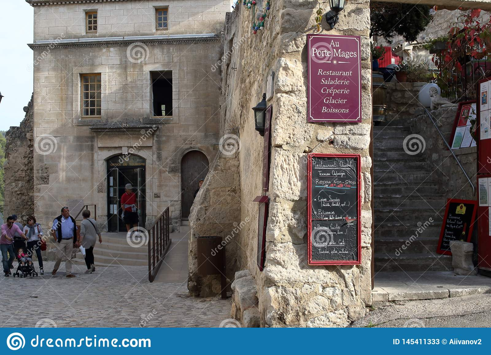 Les Baux-De-Provence, France - 21 OCTOBRE 2017 : Vue de rue, divis?e en deux avions par un mur en pierre