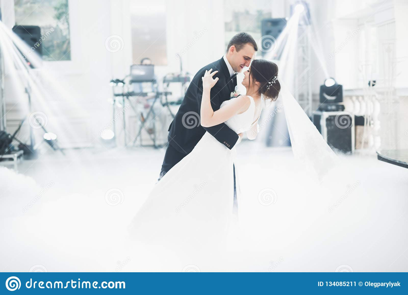 Les beaux couples les épousant se sont juste mariés et dansant leur première danse