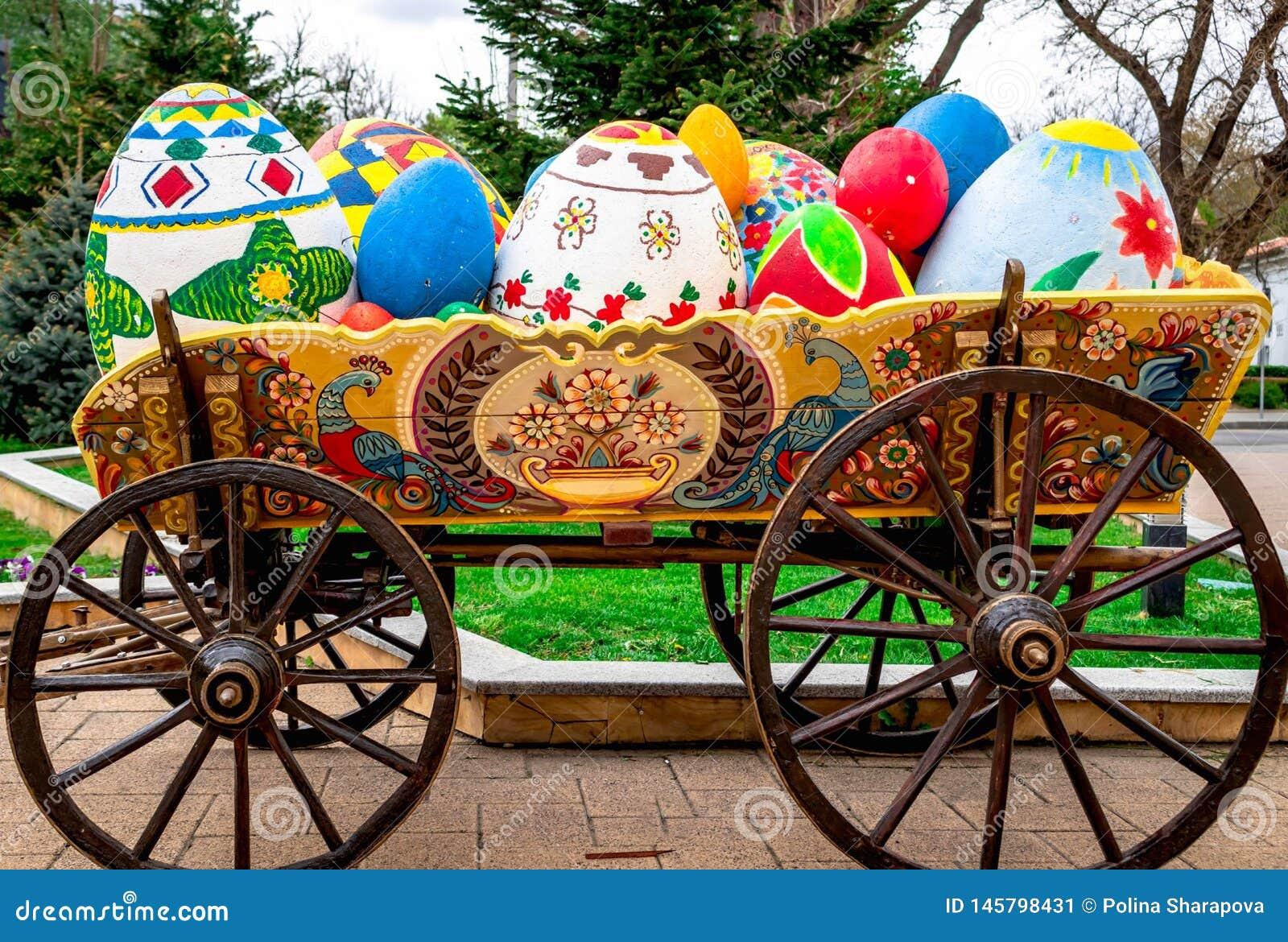 Les beaux oeufs de pâques dans le vieux camion avec grand roule dedans le parc