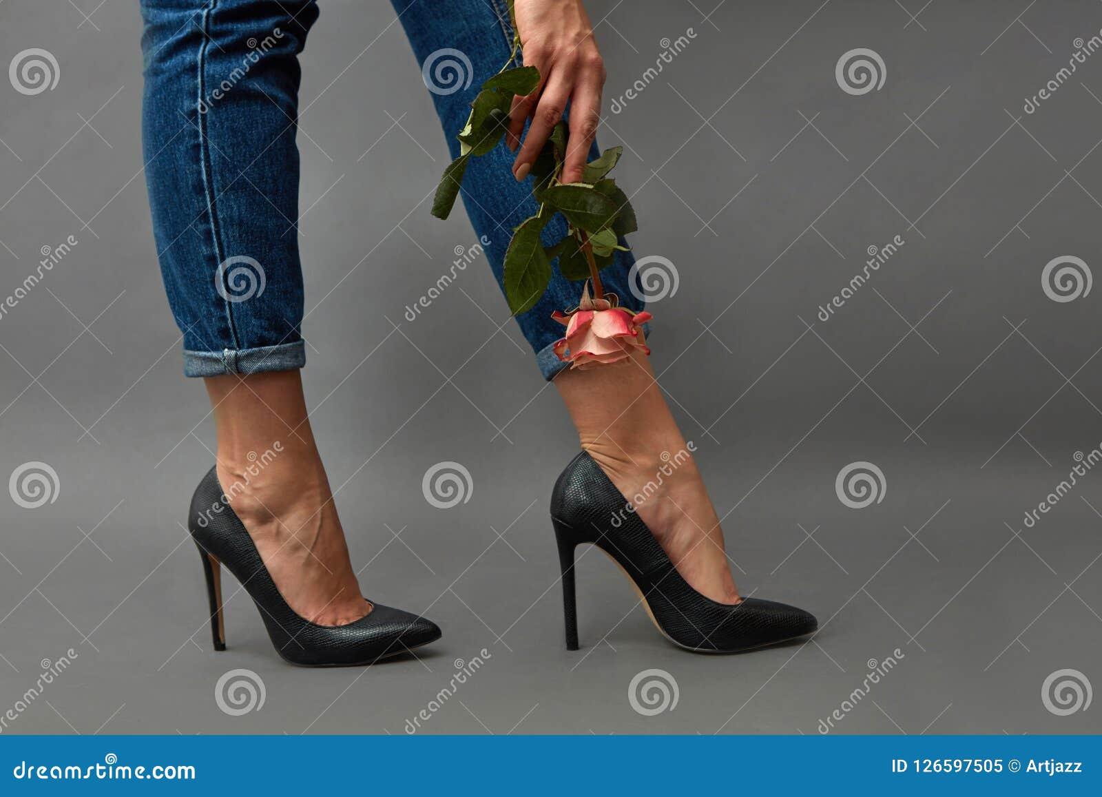 Des Des Noires Dans Avec Chaussures Les Femelles Jambes Belles qSvxwUIaf