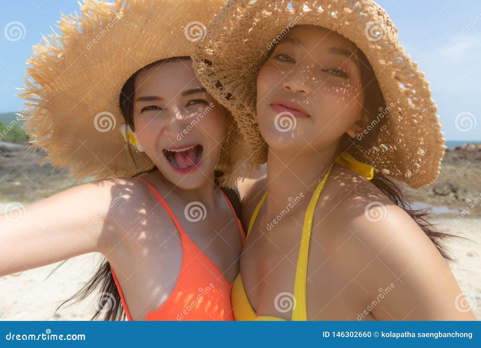 Les belles jeunes femmes ont des vacances d été ou le temps de vacances à la belle plage Les jolies filles obtiennent appréciante