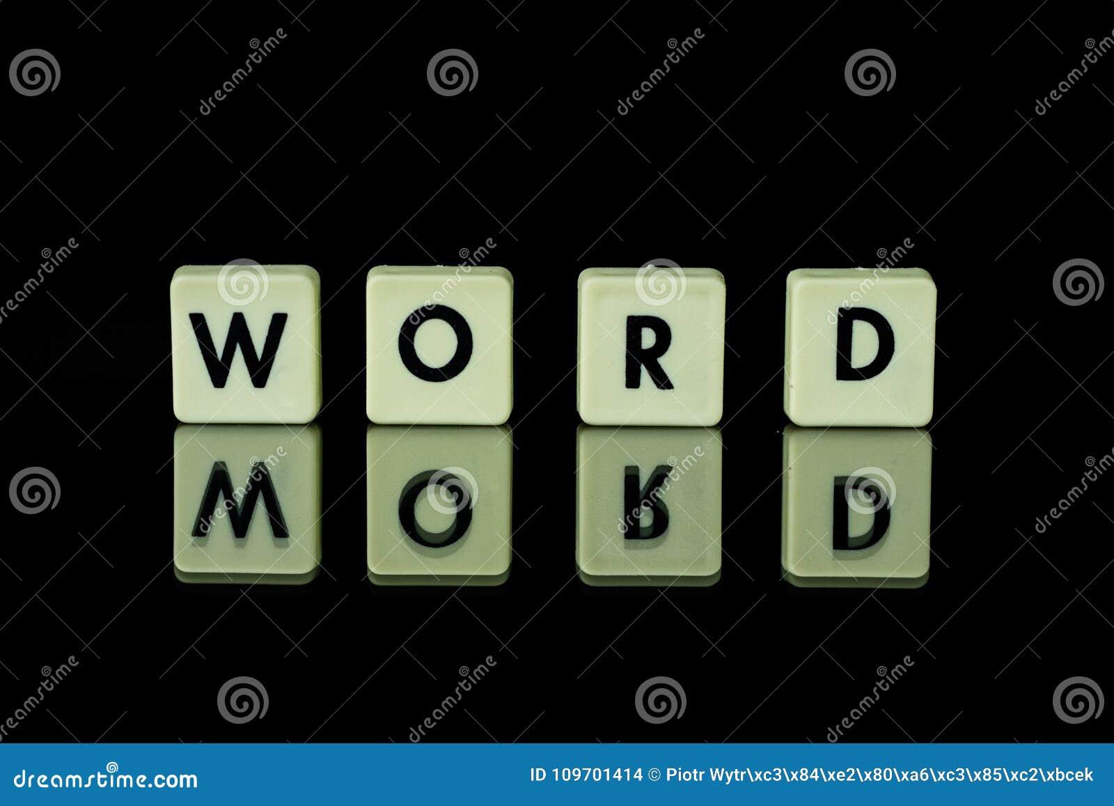 Les blocs avec des lettres ont placé sur une table en verre Mots disposés du le