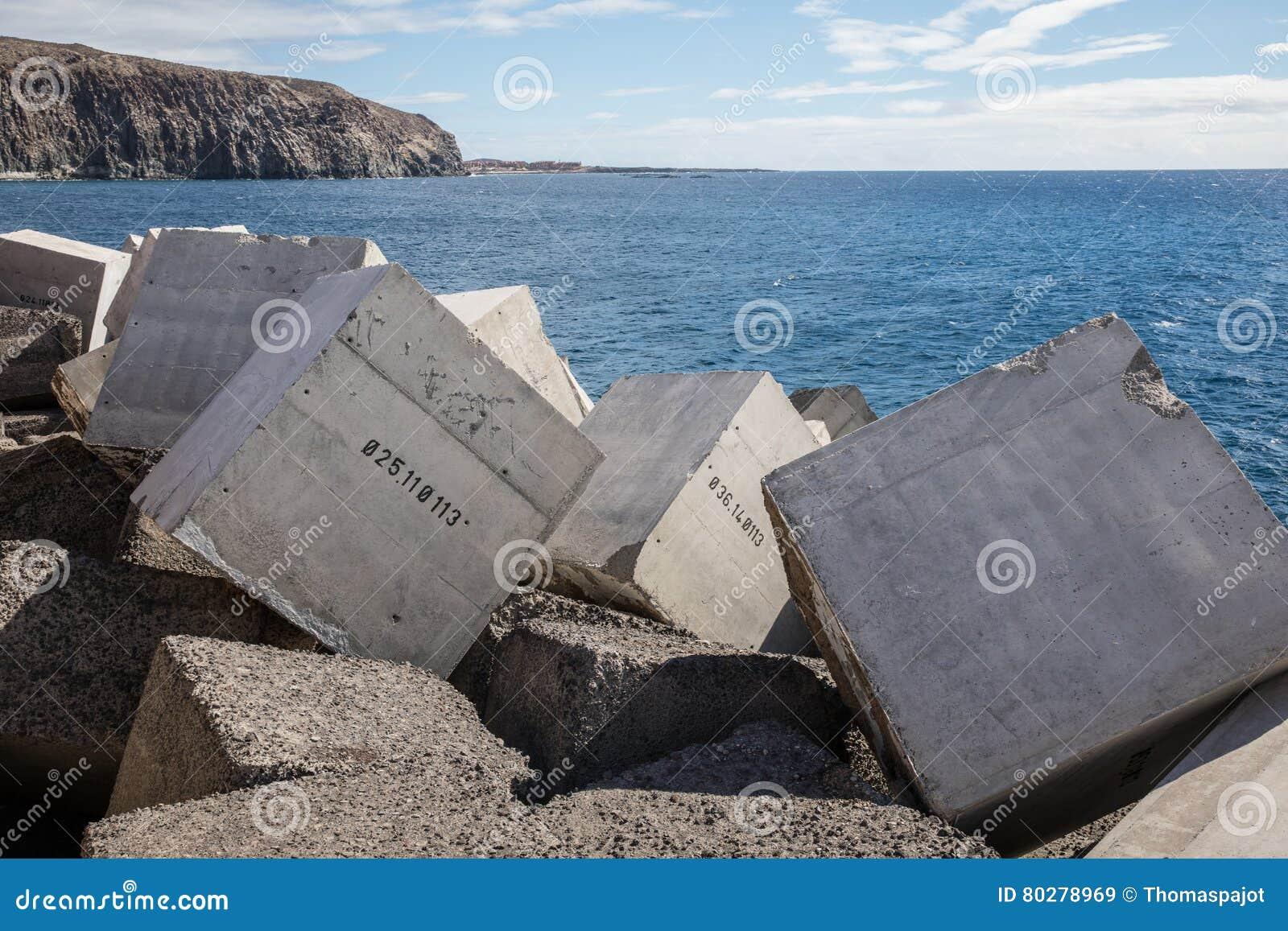 Les blocs de béton ont numéroté dans la jetée de la visibilité directe Cristiano