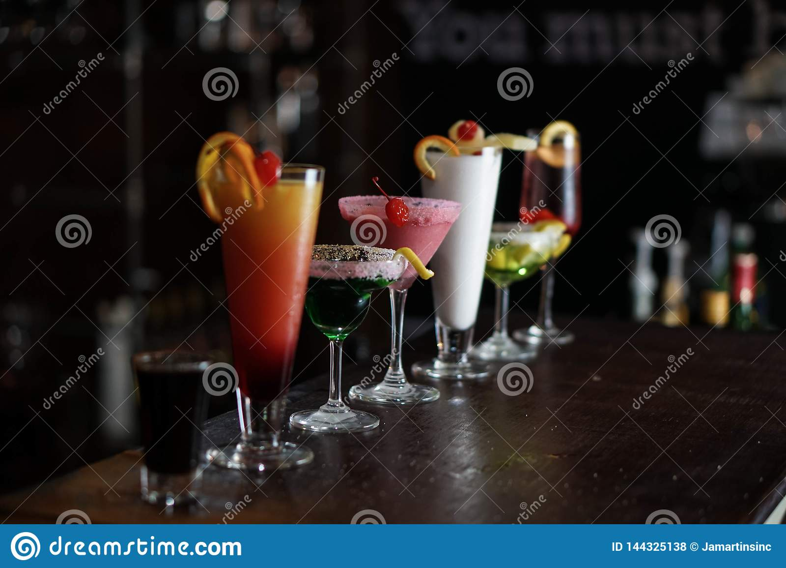 Les boissons alcoolisées ont rayé sur une barre