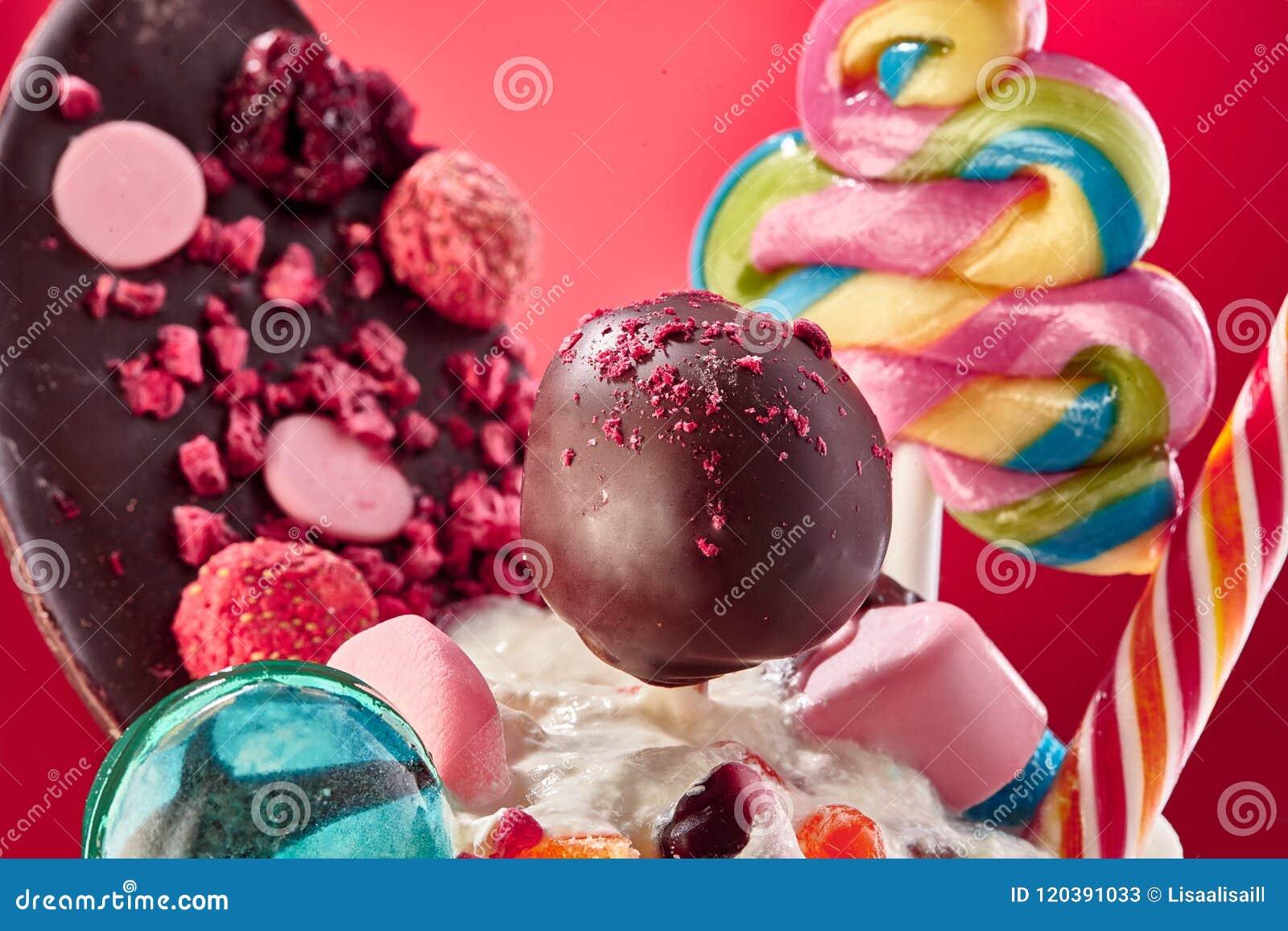 Les bonbons et les festins se ferment vers le haut de la photo, le lolipop de chocolat, plat de chocolat de lolipops de caramel a