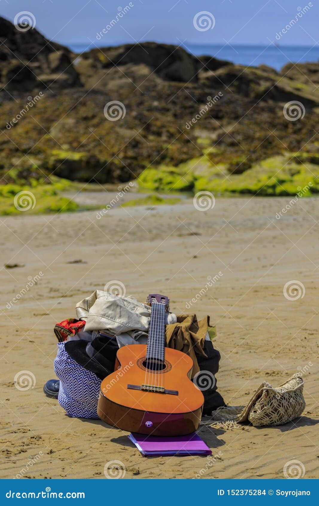 Les bottes de guitare mettent en sac sur la plage