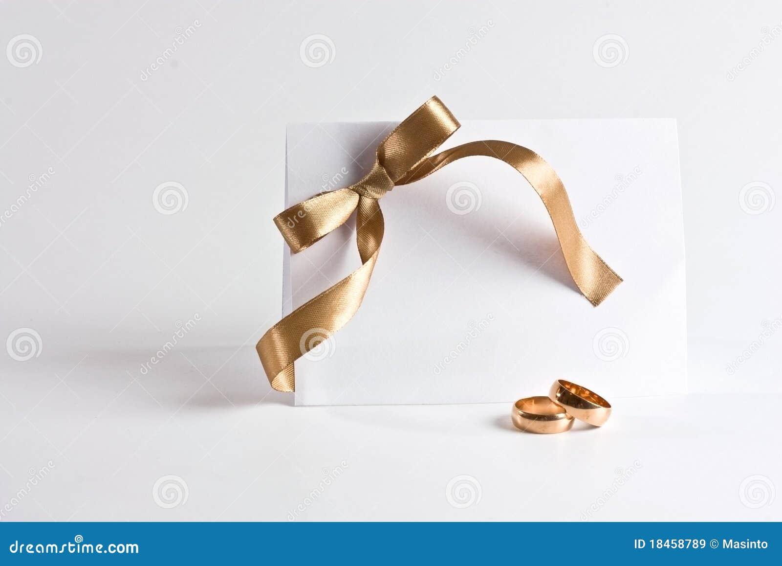 Les boucles de mariage et invitent avec la proue d or