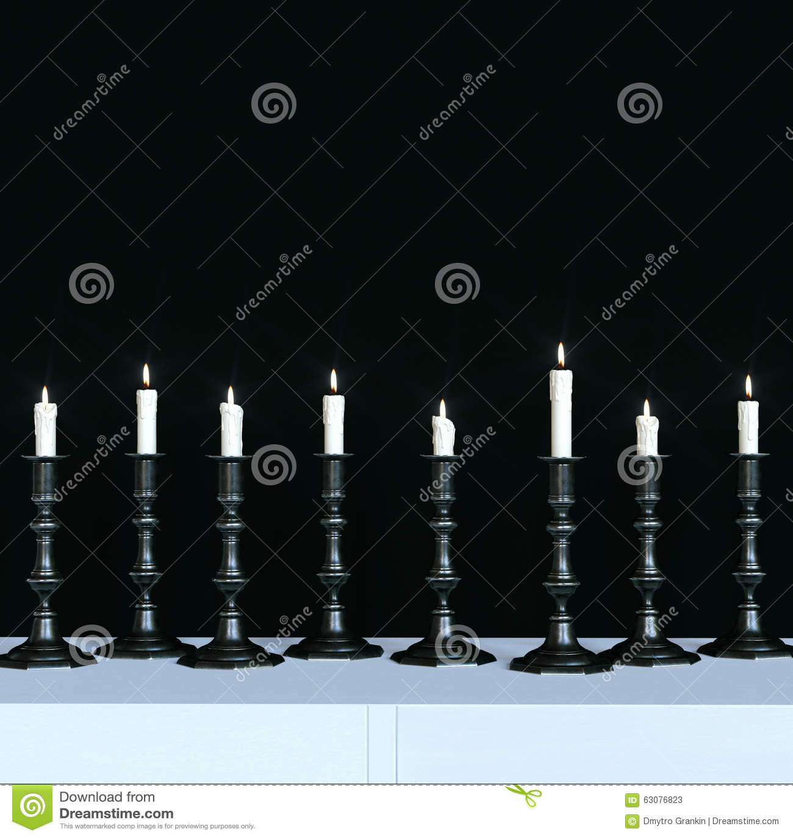 Download Les Bougies Brûlantes Dans Un Vintage Noircissent Des Chandeliers En Métal 3d Rendent Illustration Stock - Illustration du traçage, conception: 63076823