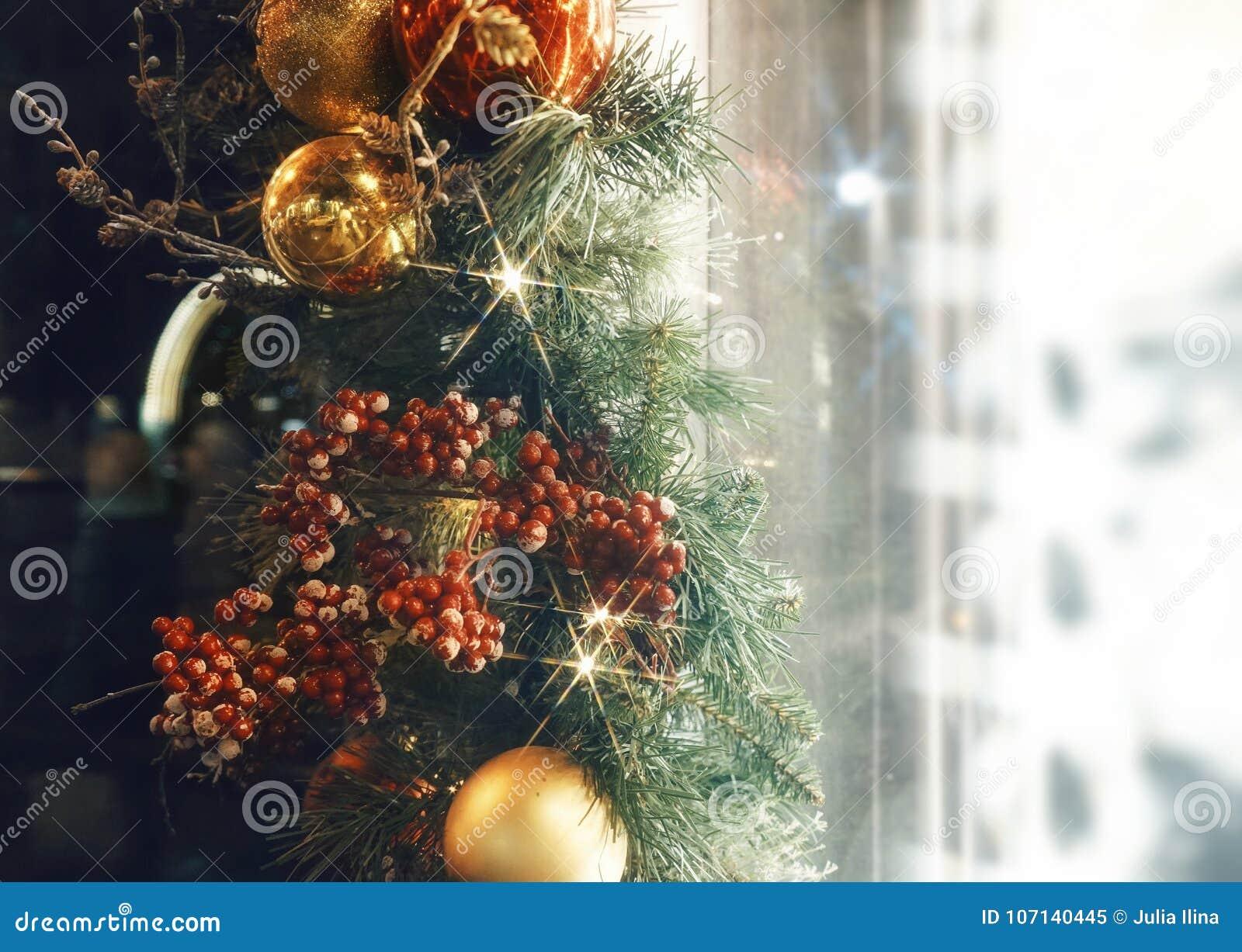 Les boules scintillent fenêtre en gros plan texturisée légère d achats d étalage d éclat