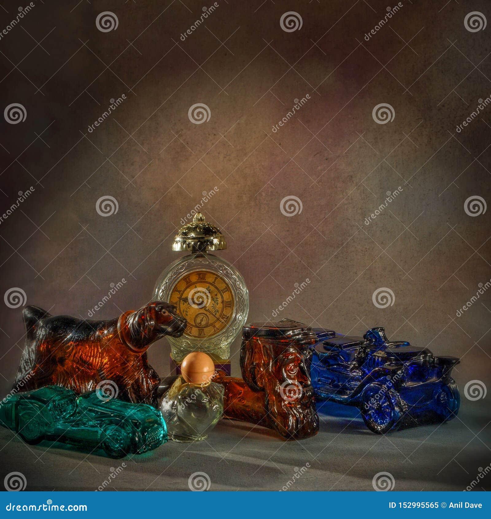 Les bouteilles de parfum de cru dans le bouteille-studio travail-Figural en verre shapesClasic différent ont tiré kalyan près du