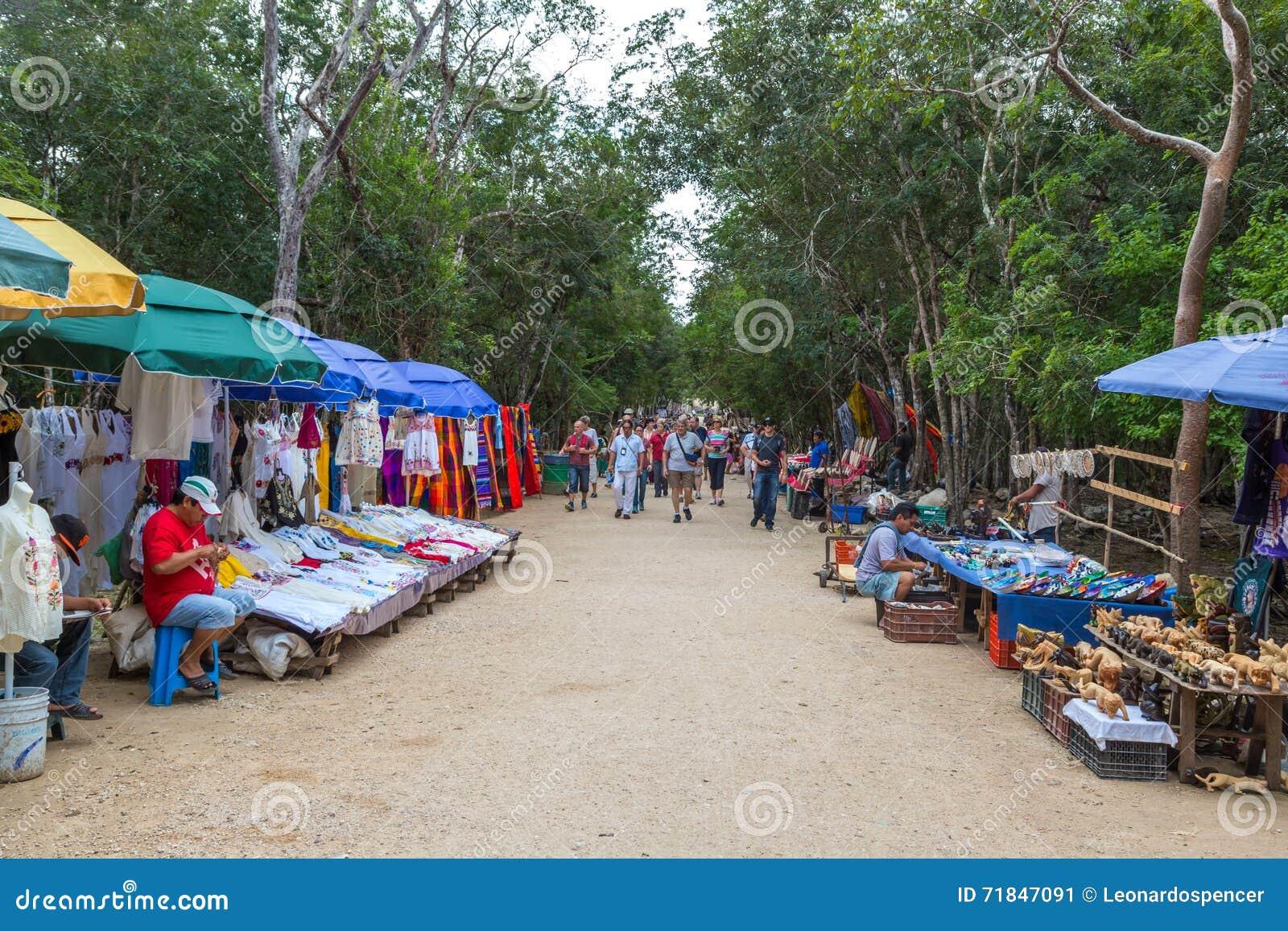 Les boutiques informelles locales à l intérieur de l héritage de Chichen Itza situent tout près Cancun au Mexique