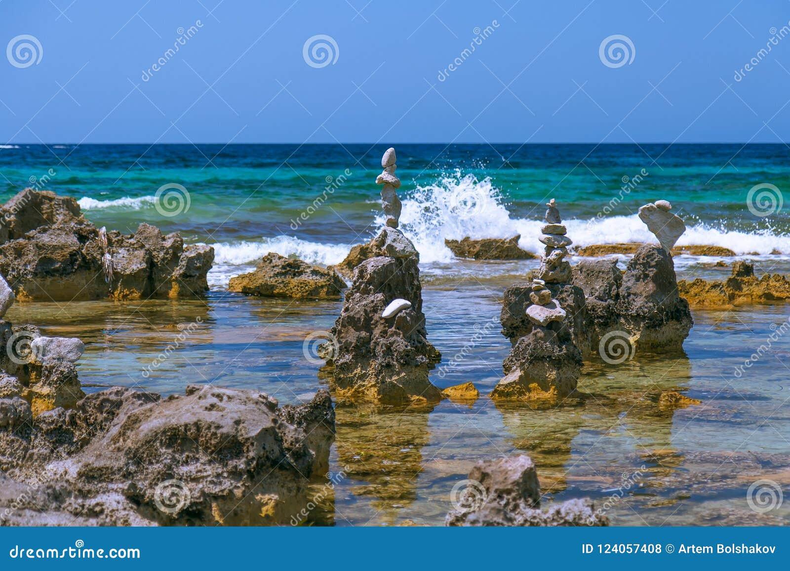 Les cailloux de mer dominent sur la plage Ibiza, Espagne