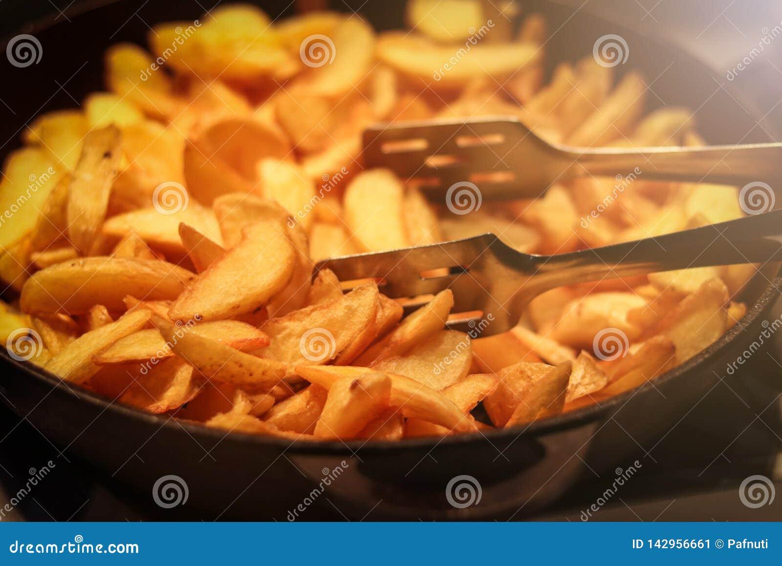 Les cales frites croustillantes savoureuses de la pomme de terre ont servi