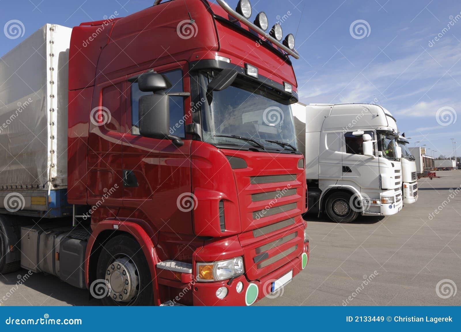 Les camions ont aligné pour le cargaison-dock