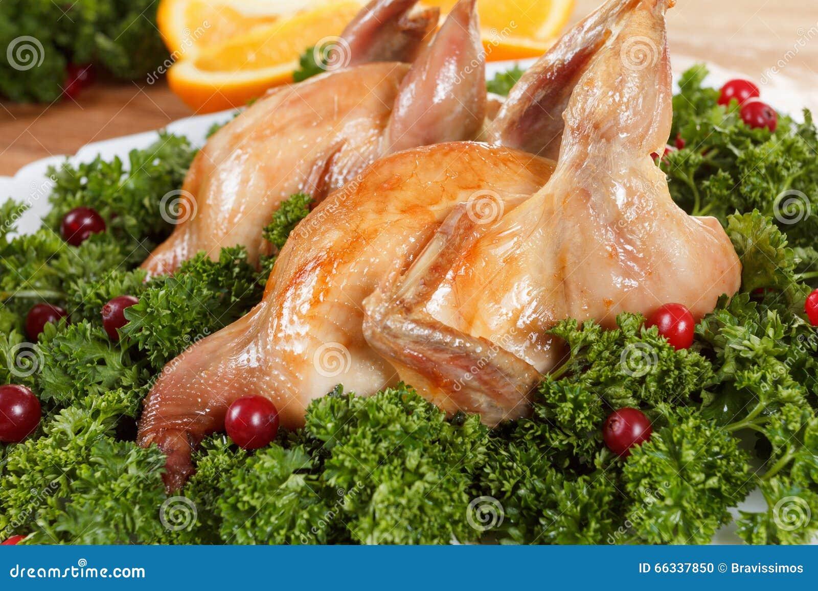 Les carcasses des cailles ont rôti avec la canneberge et le persil