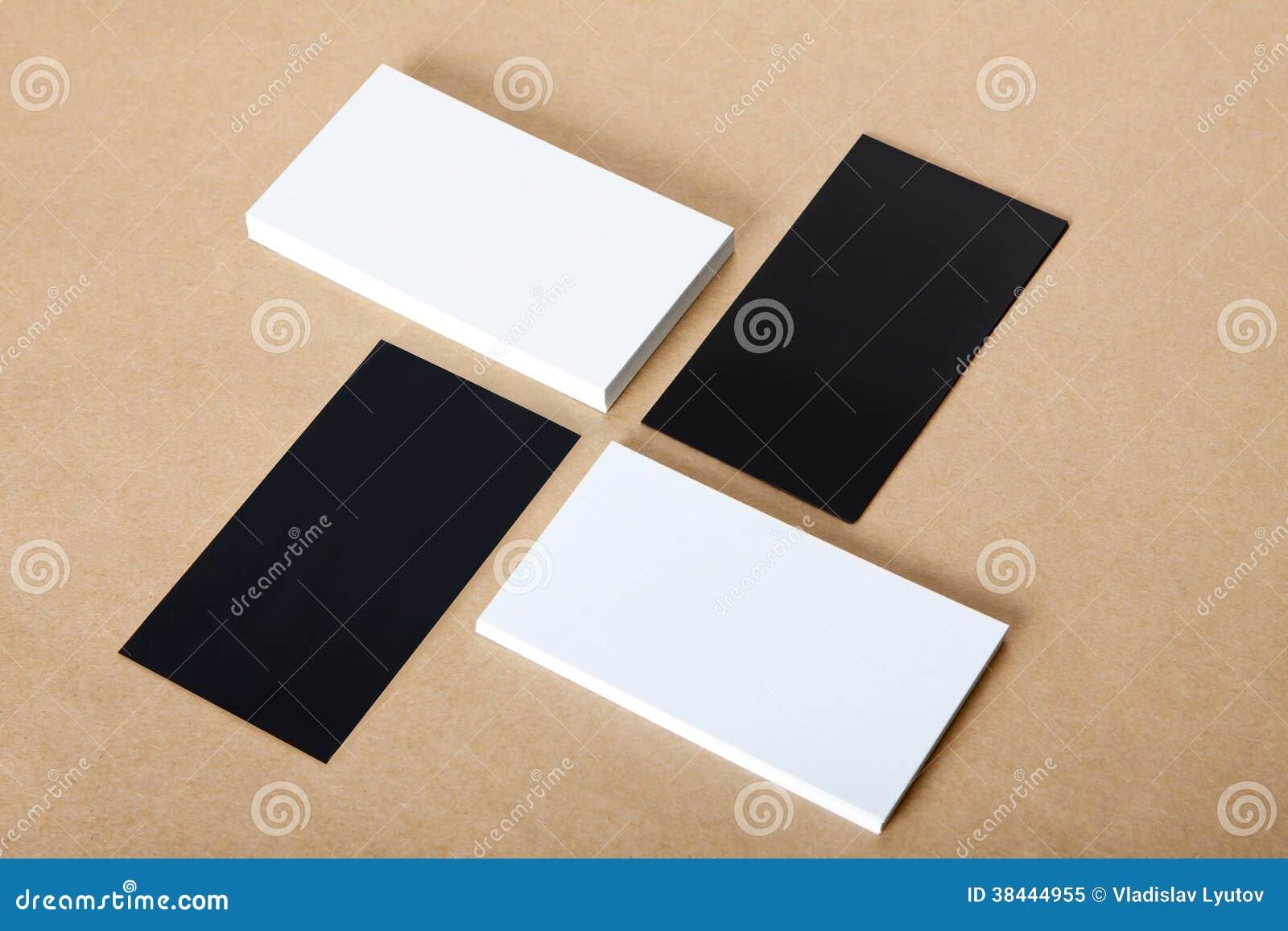 Les cartes de visite professionnelle blanches et noires vierges de visite ouvre le fond.