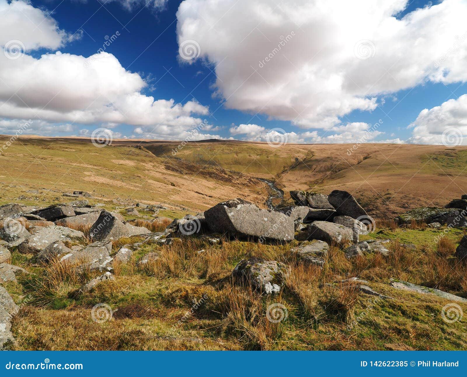 Les cascades de Tavy de rivière par Tavy se fendent avec les nuages se soulevants, parc national de Dartmoor, Devon, R-U