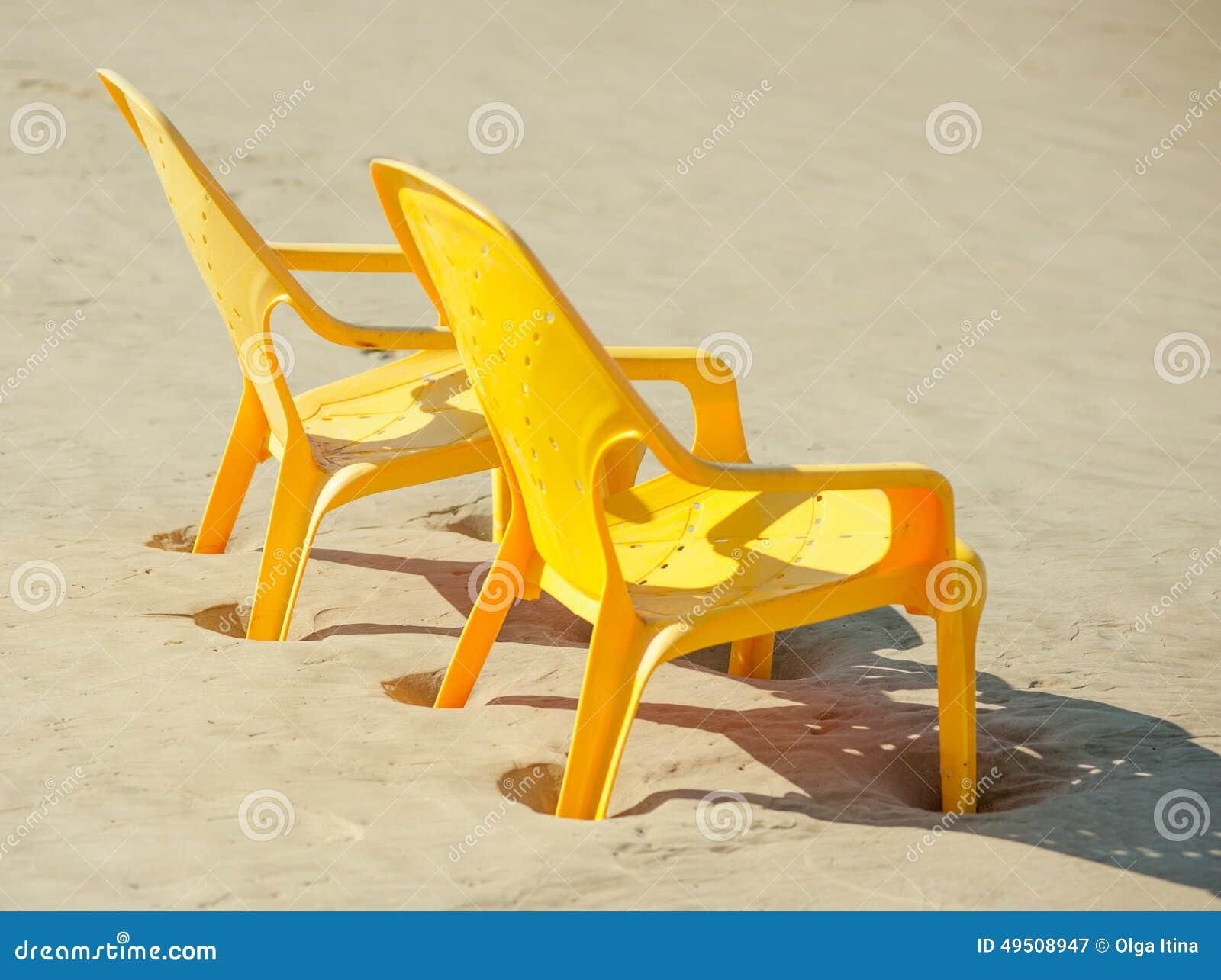 Les chaises en plastique se tient en longueur sur la plage for Les 3 suisses chaises