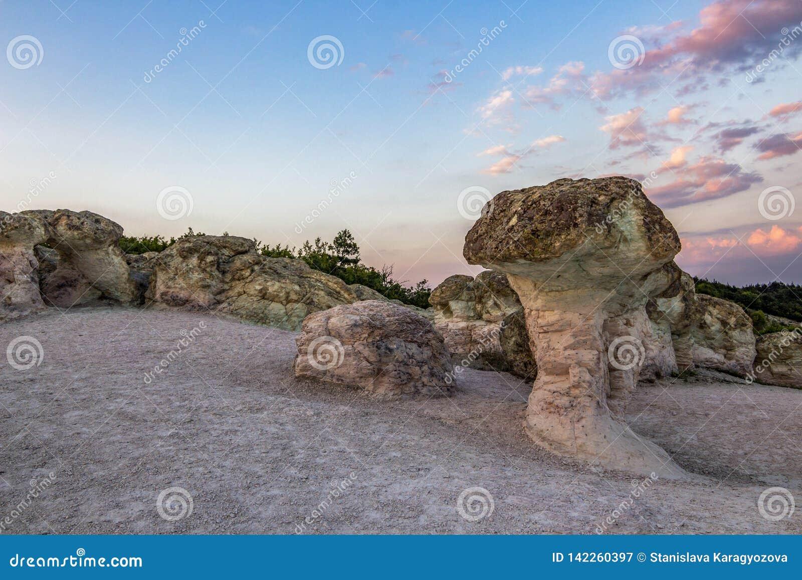 Les champignons de pierre près du village de Beli Plast, Bulgarie