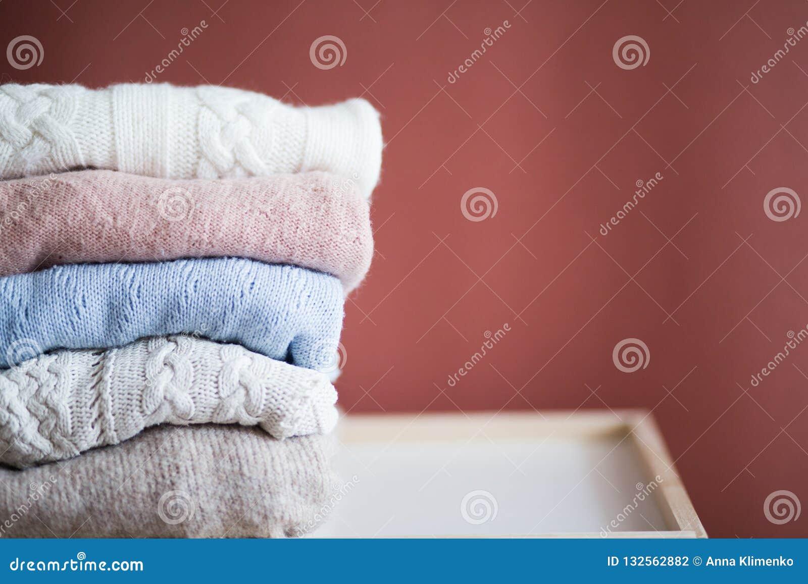 Les chandails tricotés se sont pliés dans une pile