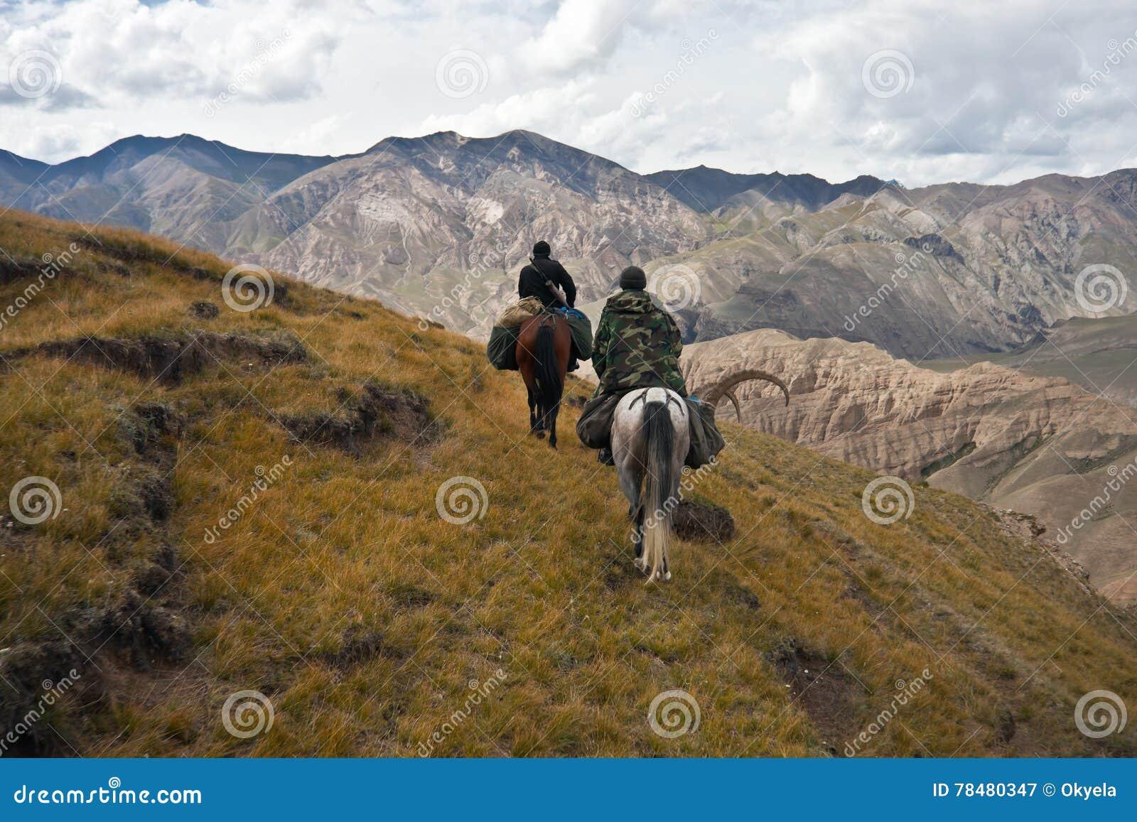 Les chasseurs deux chevaux sont retournés avec un trophée après une chasse