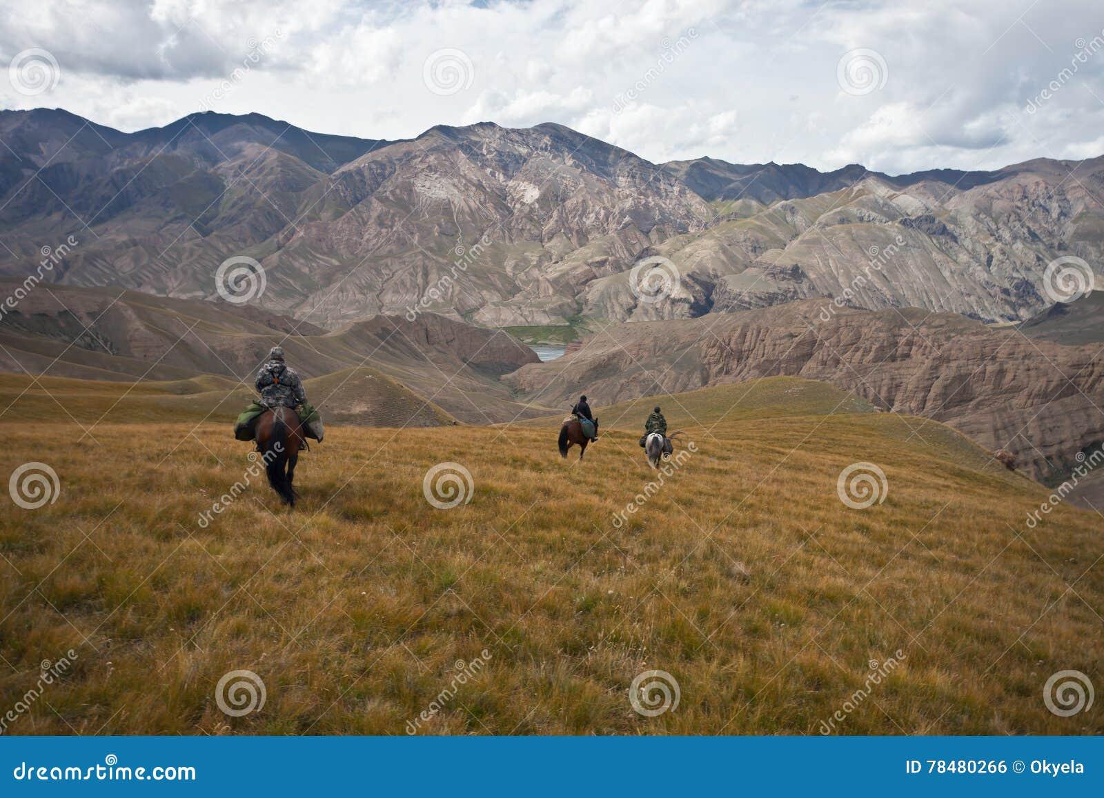 Les chasseurs trois chevaux sont retournés avec un trophée après une chasse
