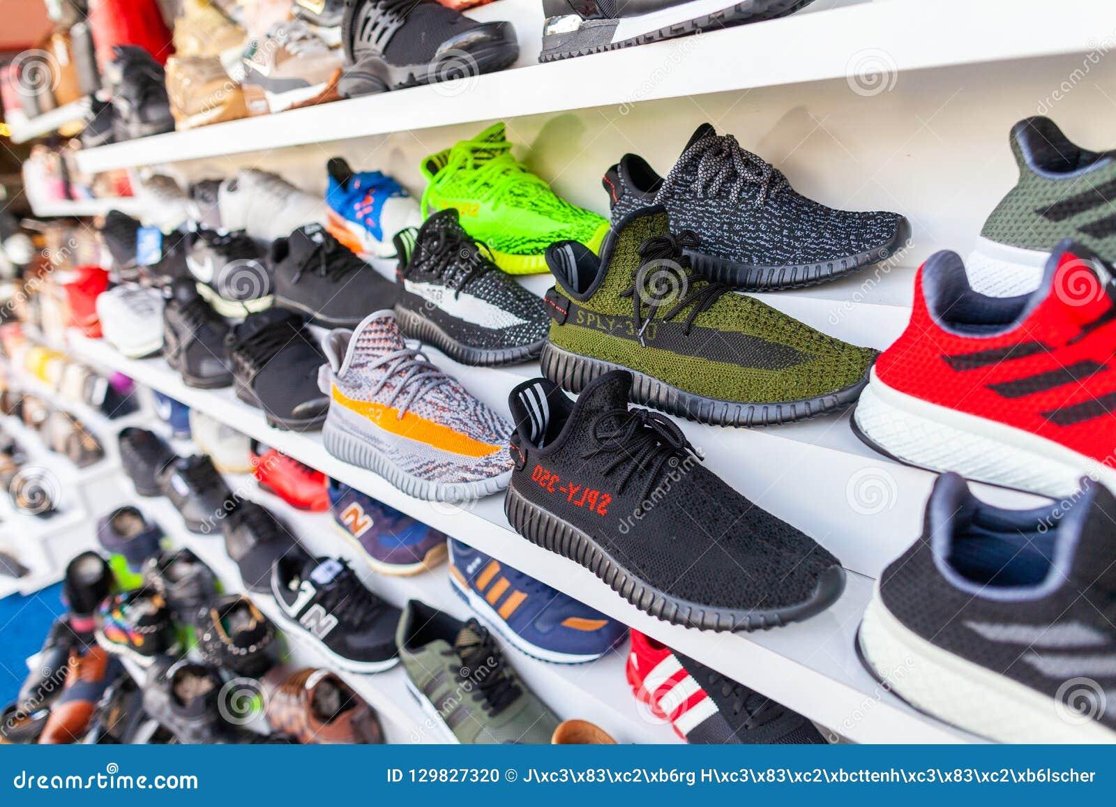 4613aa717050 ALANYA/TURQUIE - 30 SEPTEMBRE 2018 : Les chaussures de différentes marques  se tient dans un magasin dans Alanya
