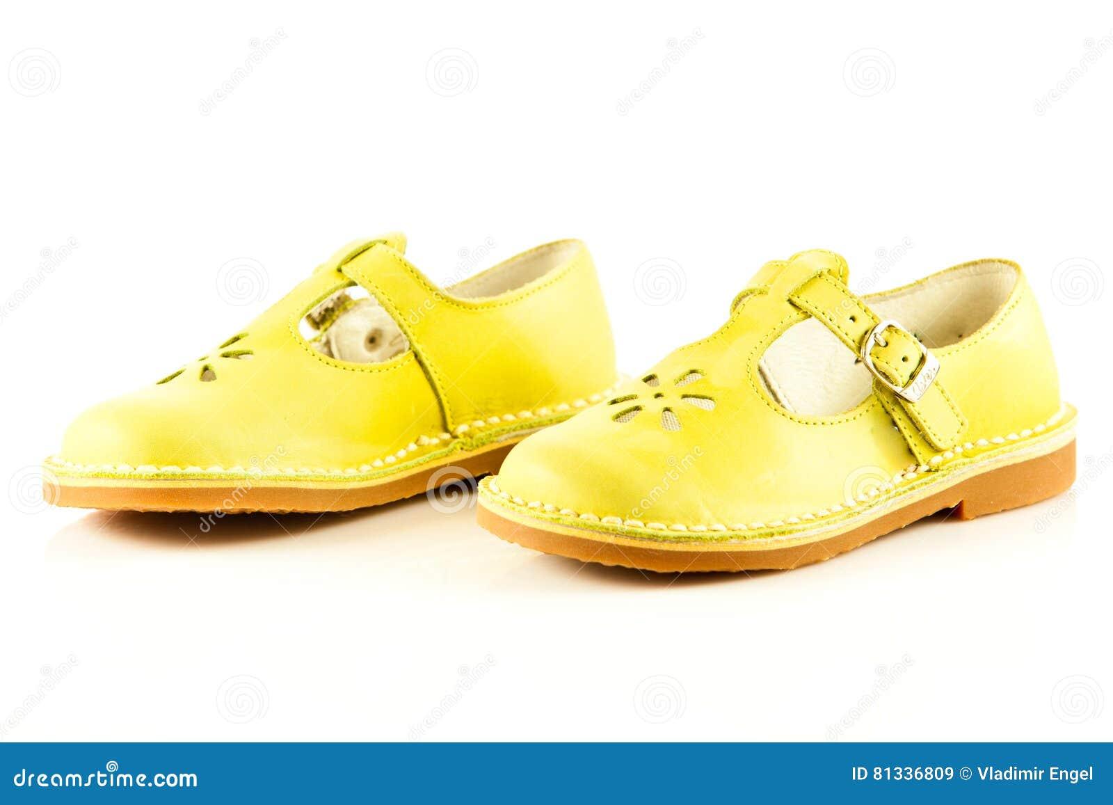 bca882b7a53ac Les chaussures femelles d isolement sur l enfant blanc de fond badine le  beautifu