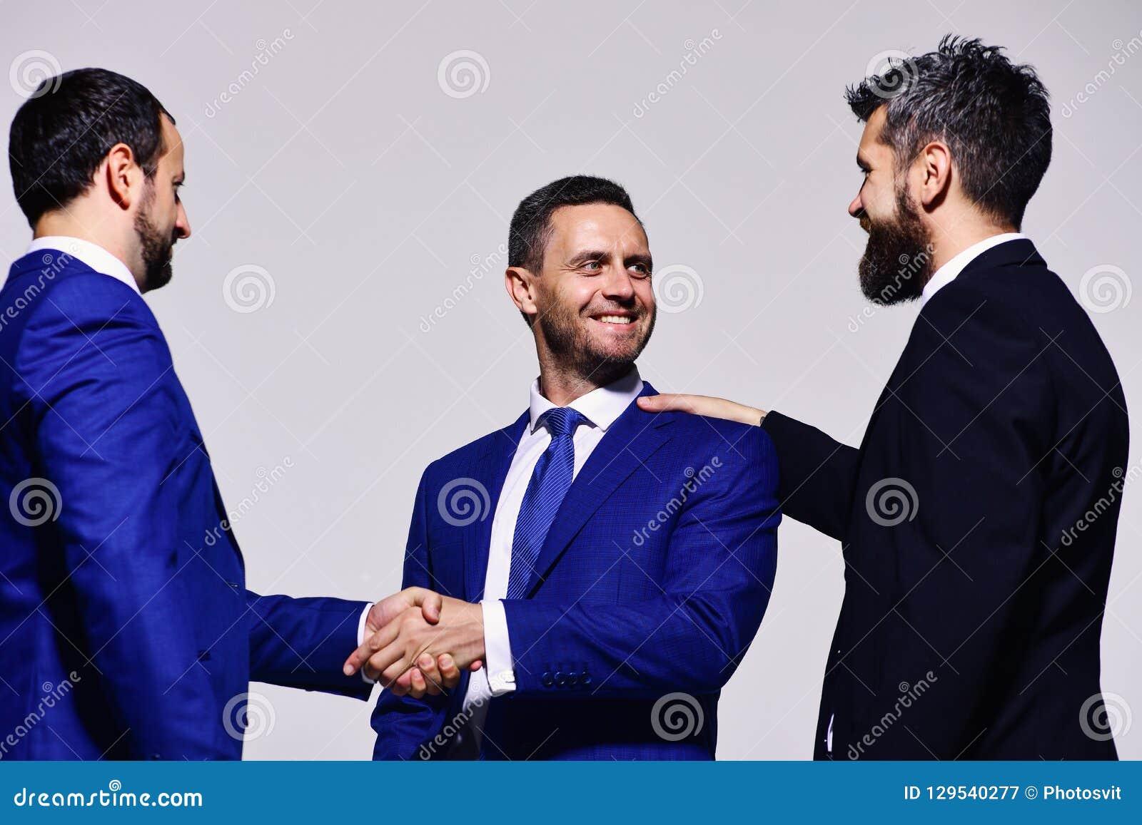 Les chefs ont la réunion d affaires faisant l affaire Hommes d affaires avec les visages heureux