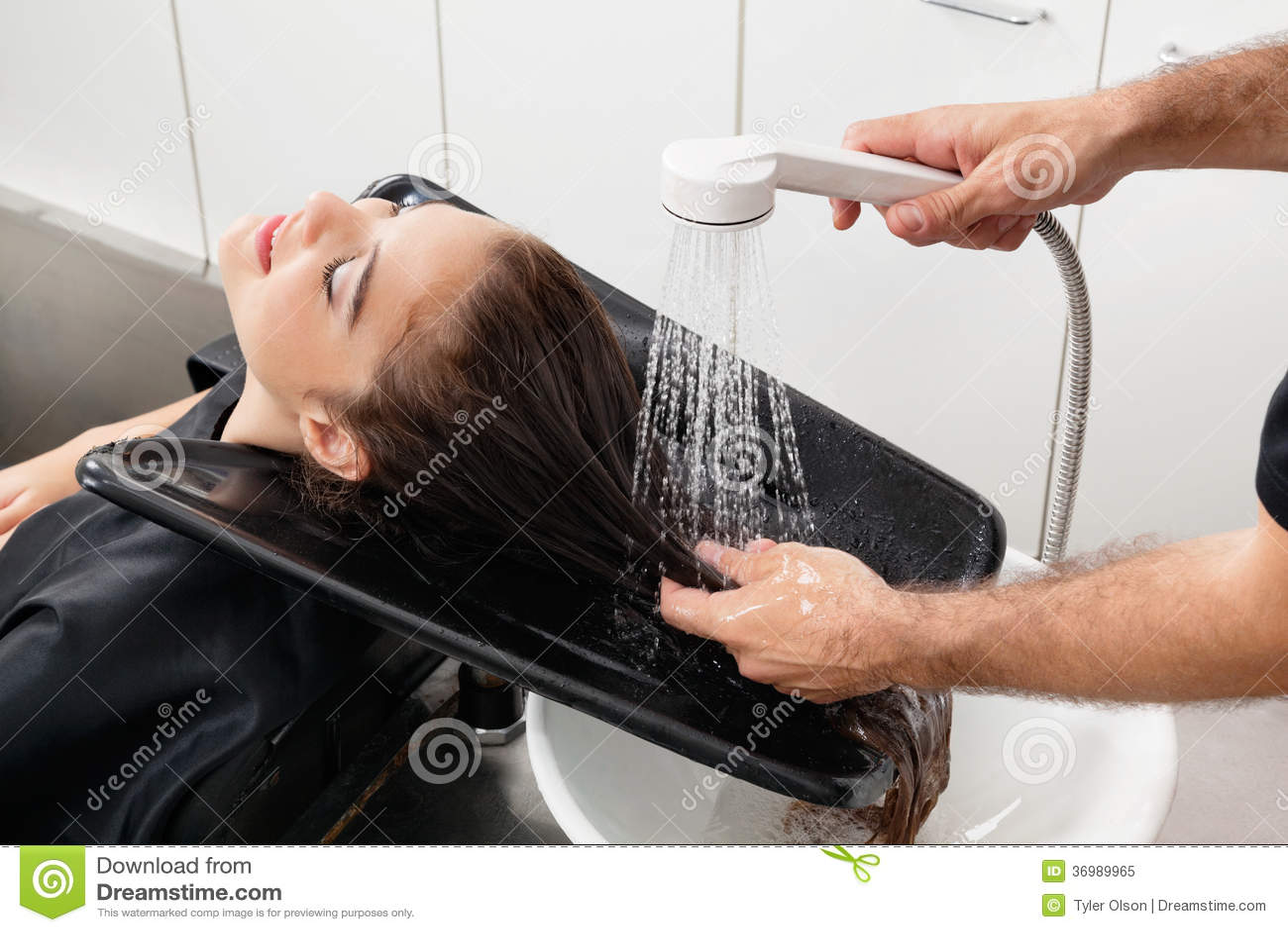 Les cheveux du client de lavage de styliste en coiffure au for Le salon du coiffeur
