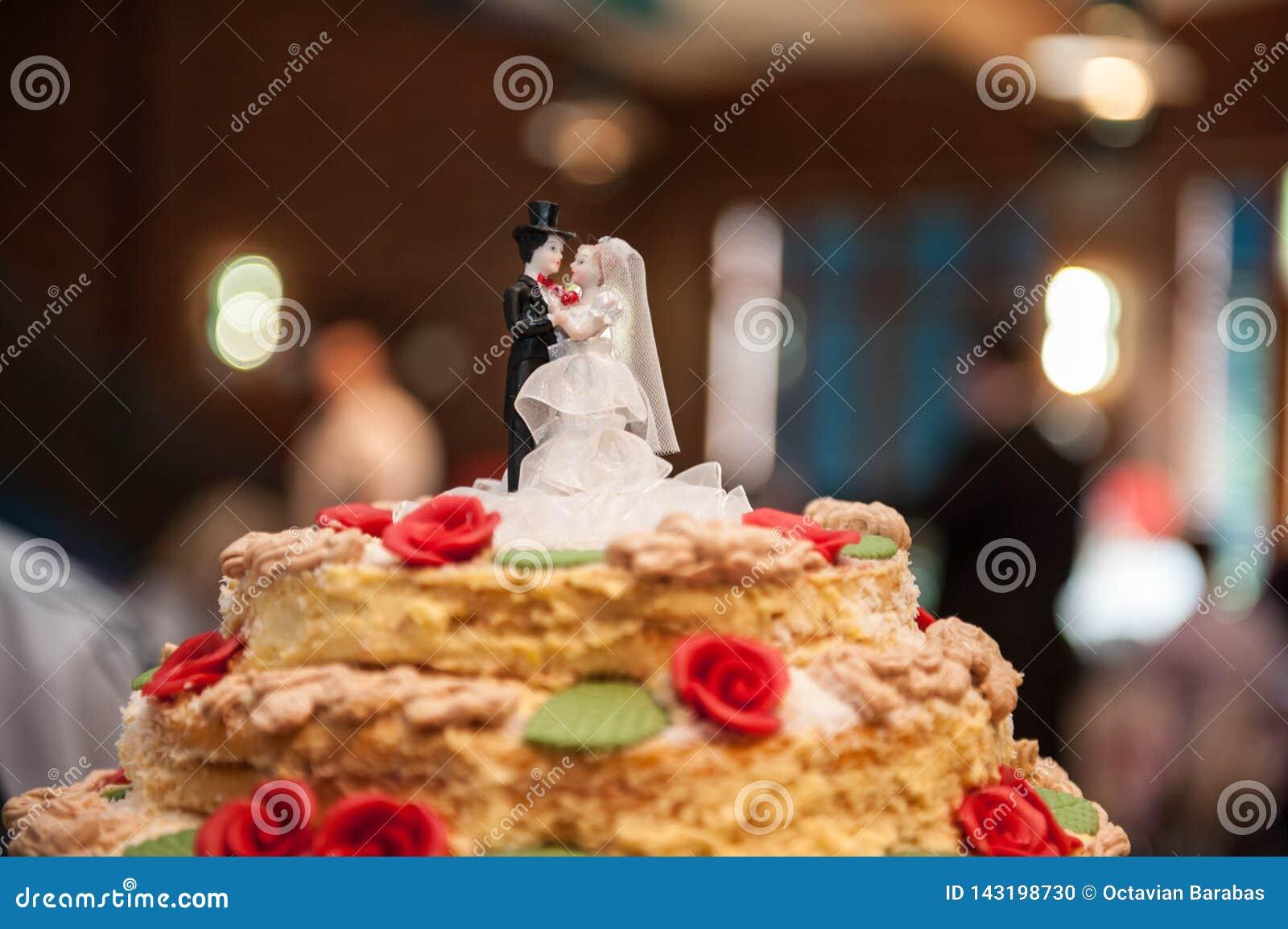 Les chiffres de jeunes mariés ont fait du sucre sur le gâteau de mariage