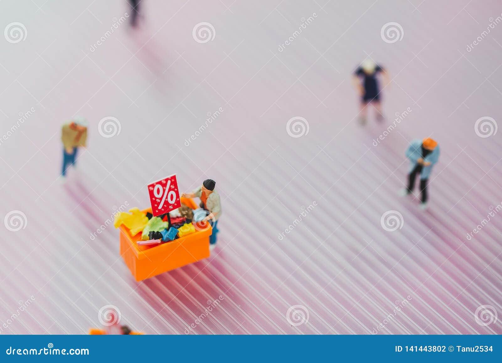 Les clients achètent des marchandises en vente