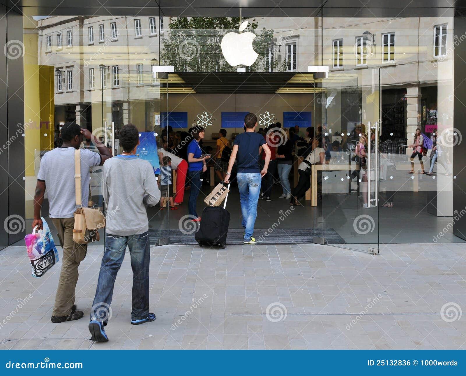 Les clients présentent Apple Store à Londres