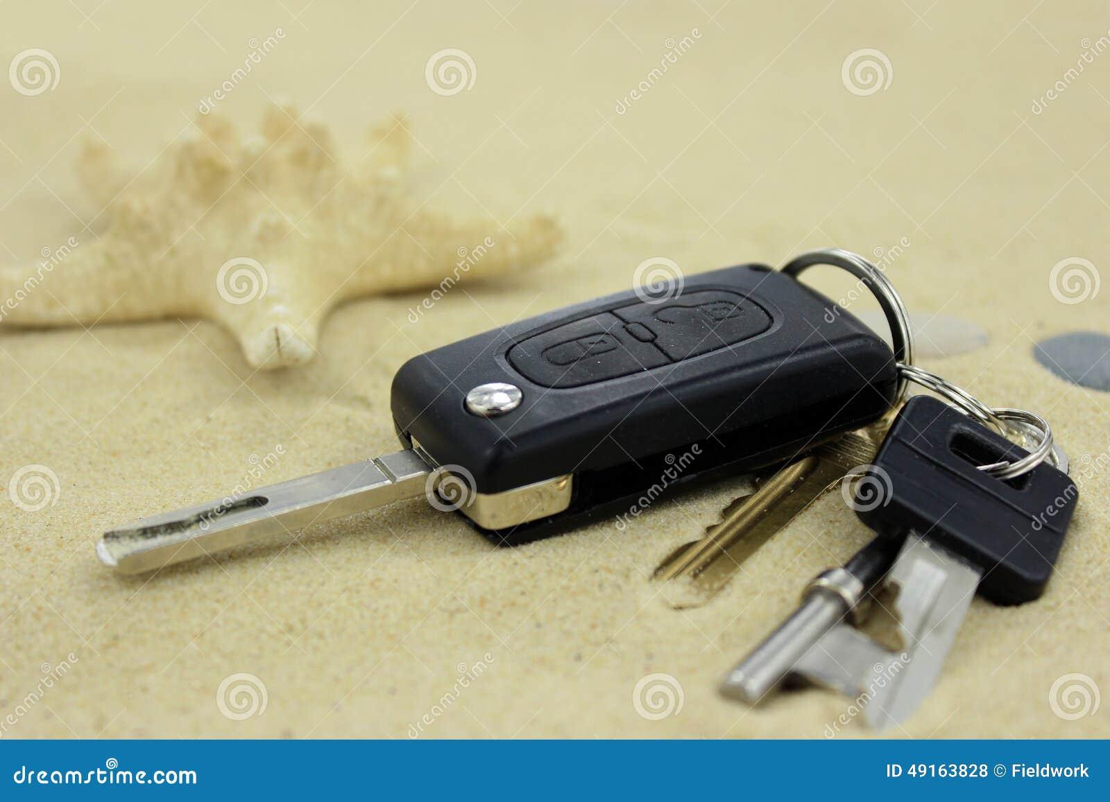 les cl s de voiture et de maison ont perdu sur le sable photo stock image 49163828. Black Bedroom Furniture Sets. Home Design Ideas