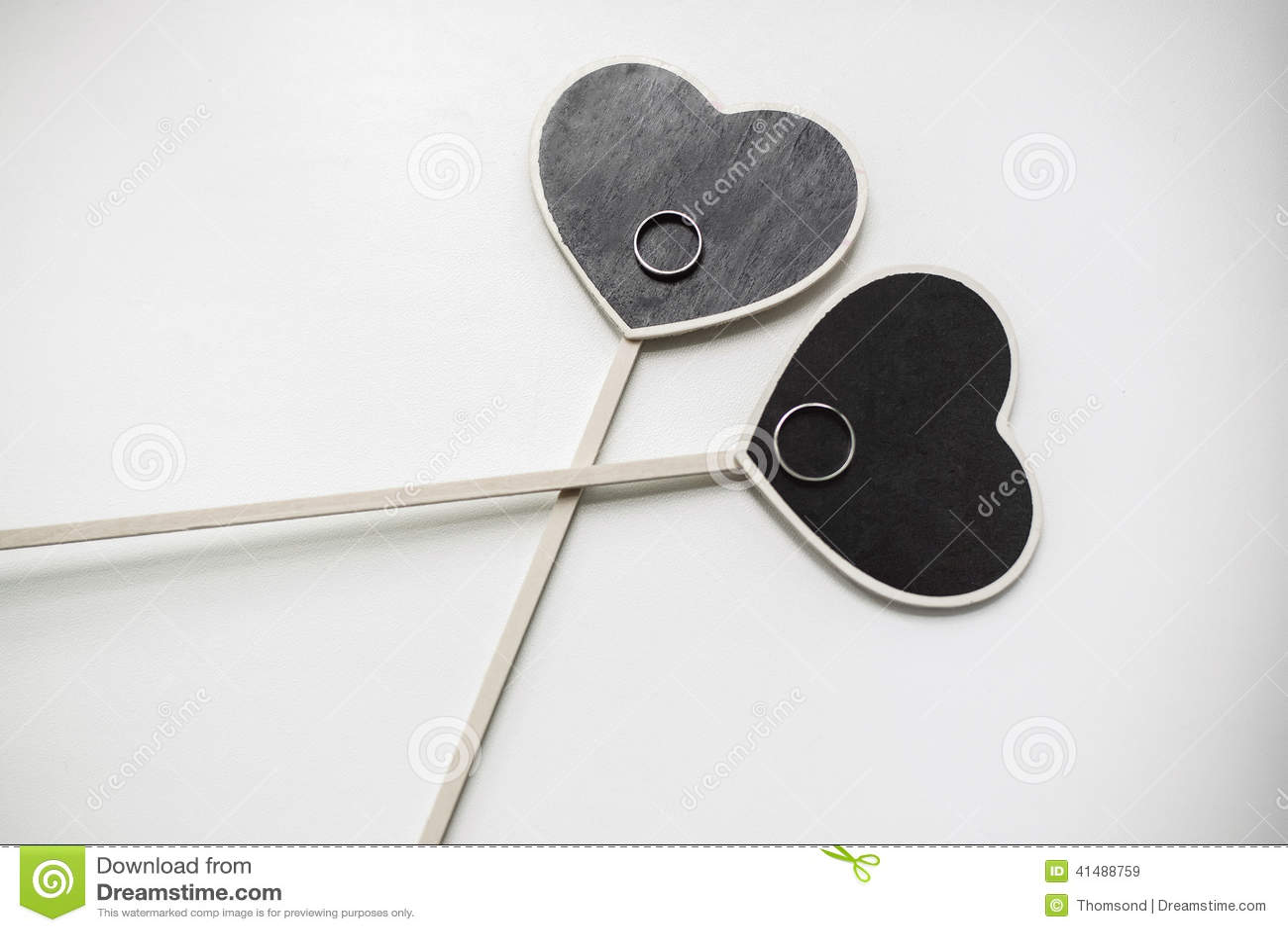 ... coeurs embarque pour un dessin de craie avec des anneaux de mariage