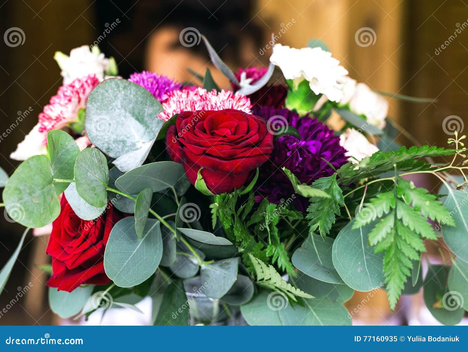Les compositions en fleurs assurent la décoration dans le restaurant