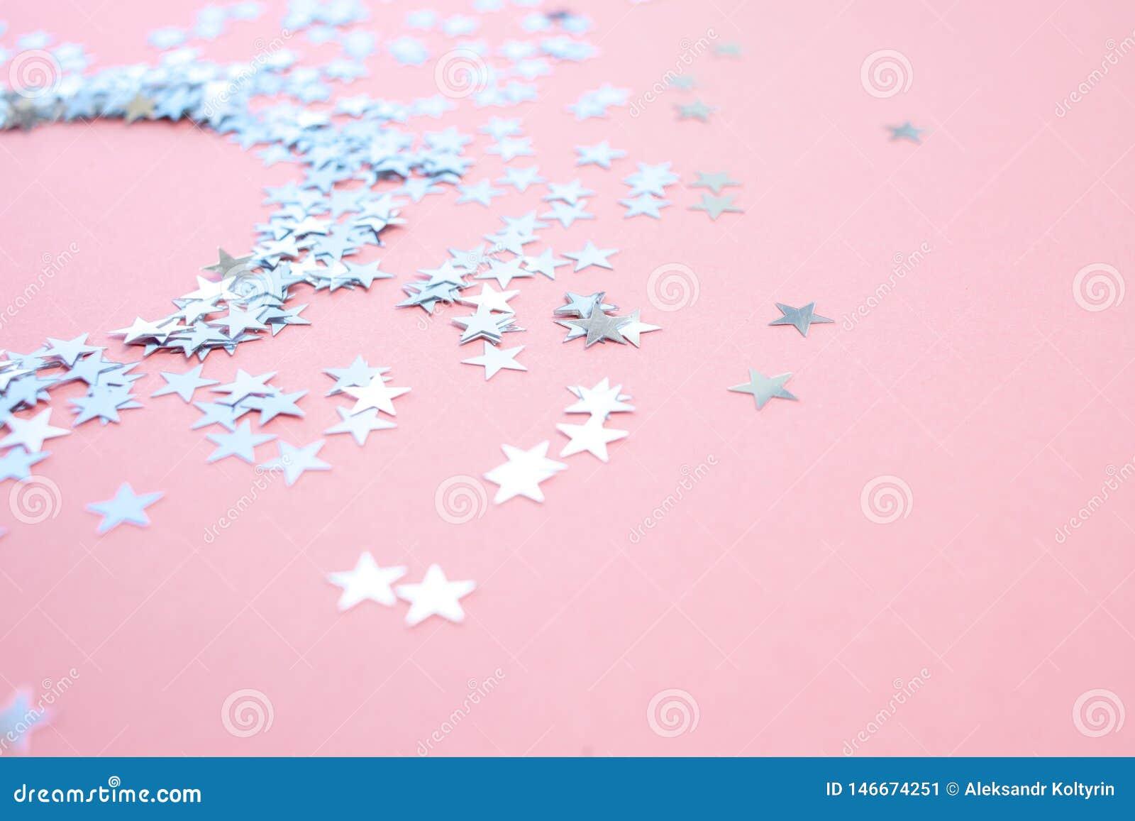 Les confettis en forme d ?toile ont dispers? sur un fond rose C?l?bration et partie, concept Copiez l espace