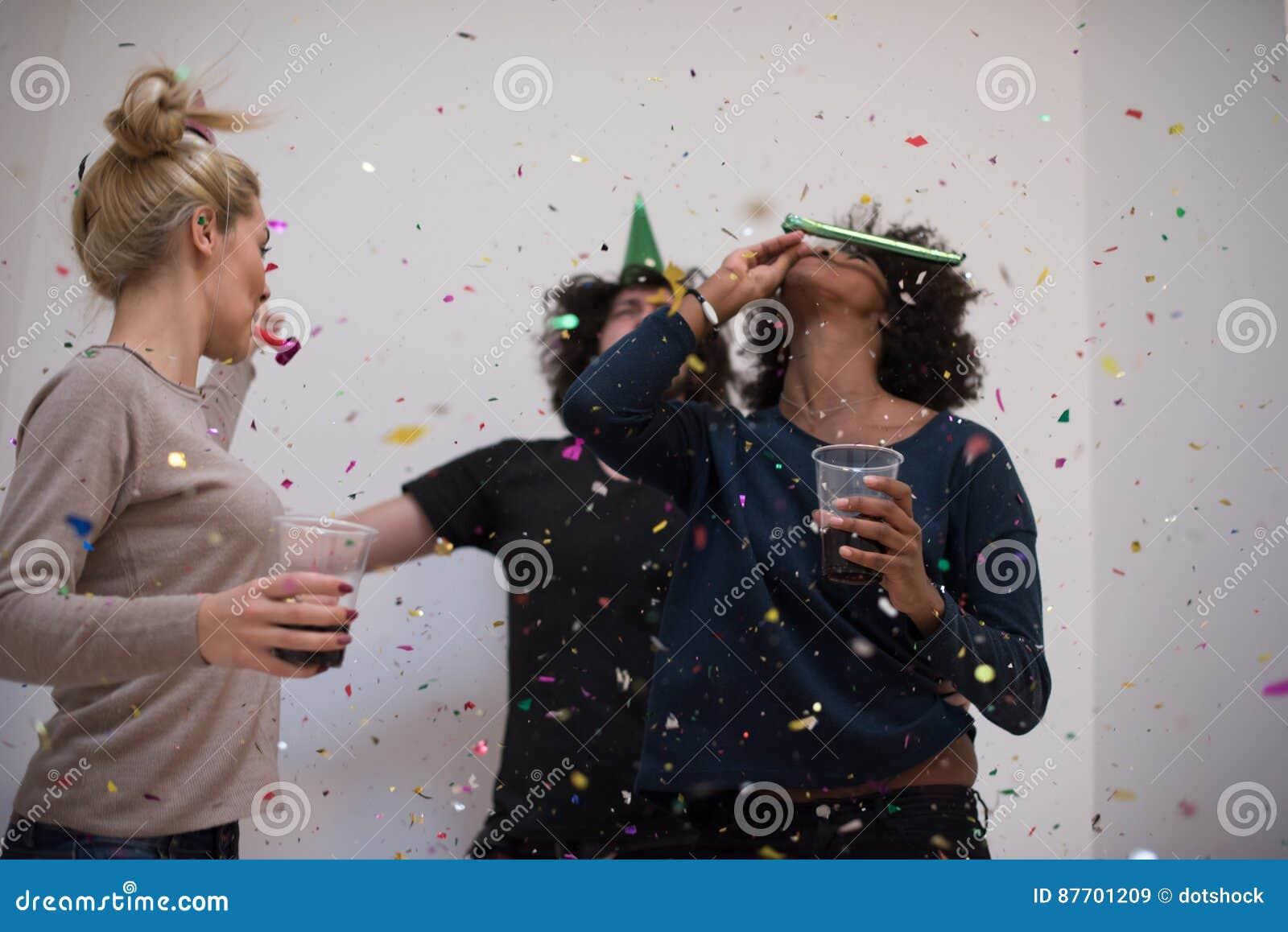 Les confettis font la fête le groupe de personnes multi-ethnique