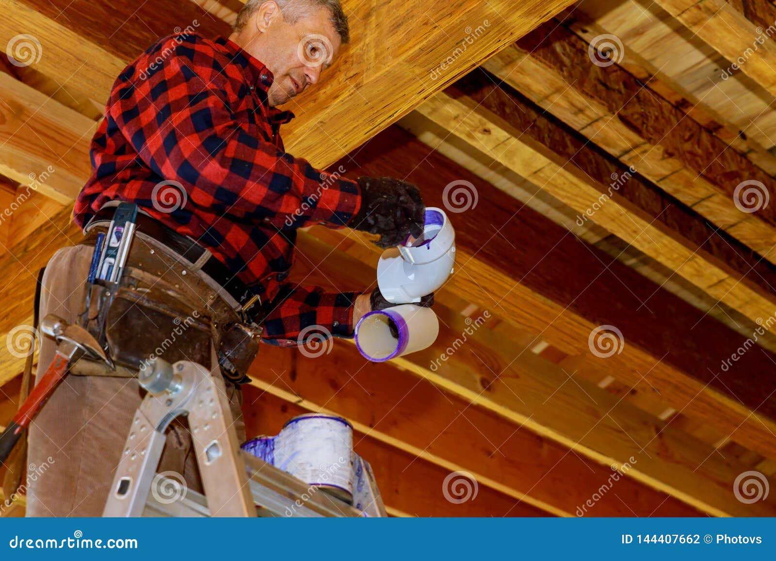 Les connexions de tuyau de PVC sifflent le ciment avec la colle