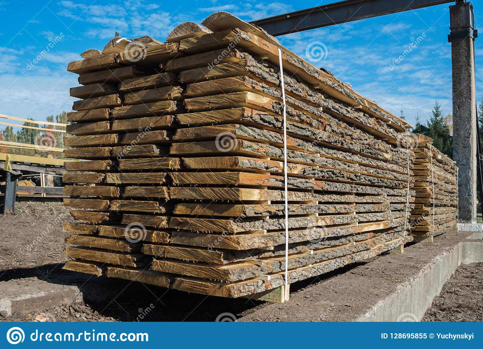 Les conseils crus pliés dans l industrie de travail du bois, préparent pour charger sur des véhicules