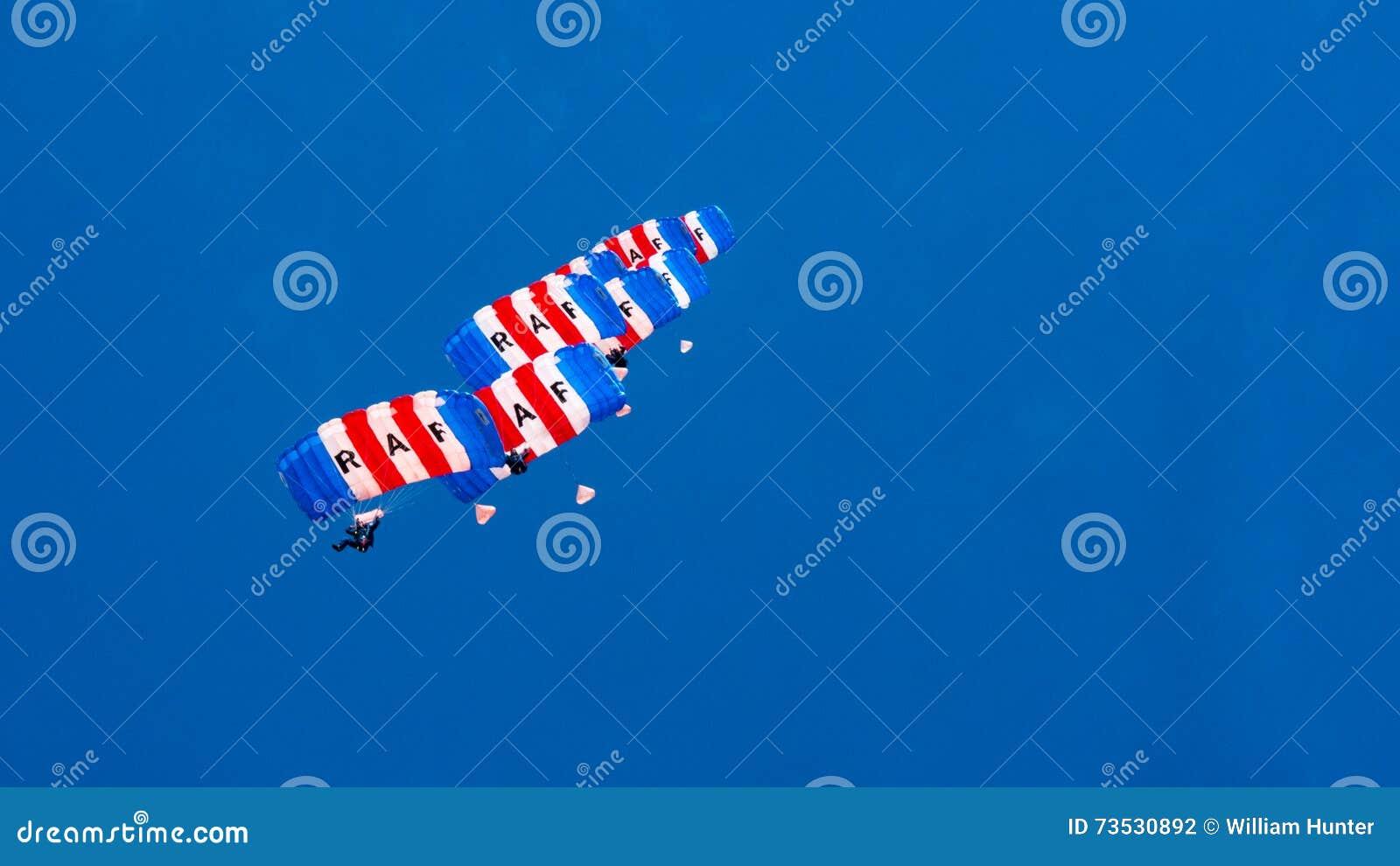LES CORNOUAILLES, ANGLETERRE, R-U - JUIN 10,2016 : RAF Falcons Parachute Team chez les Cornouailles royales