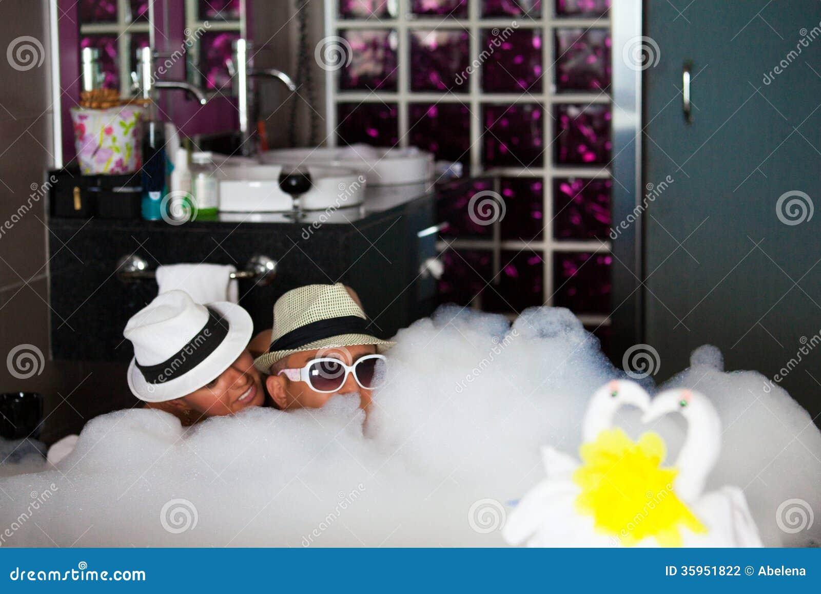 Les couples affectueux se situent dans une salle de bains for Amour dans la salle de bain
