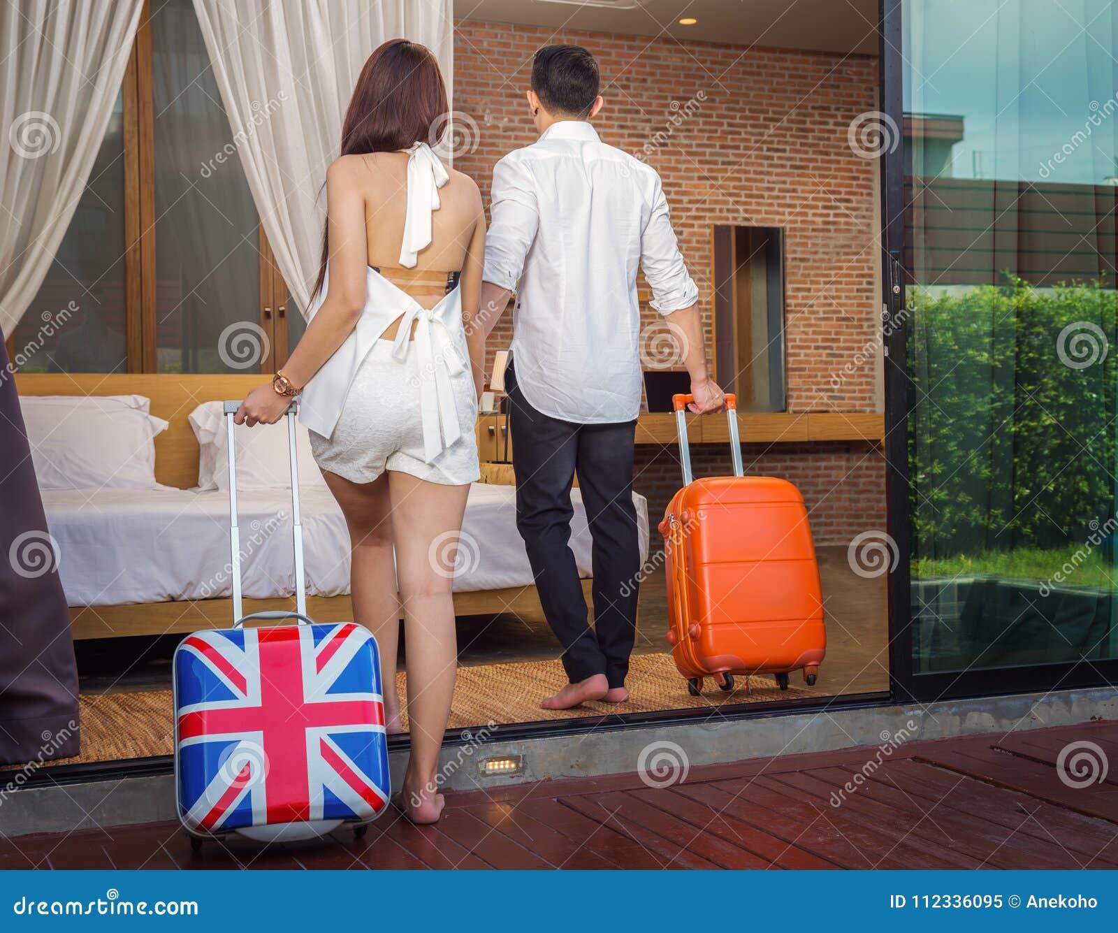Les couples asiatiques marchent pour enfoncer la pièce dans la station de vacances