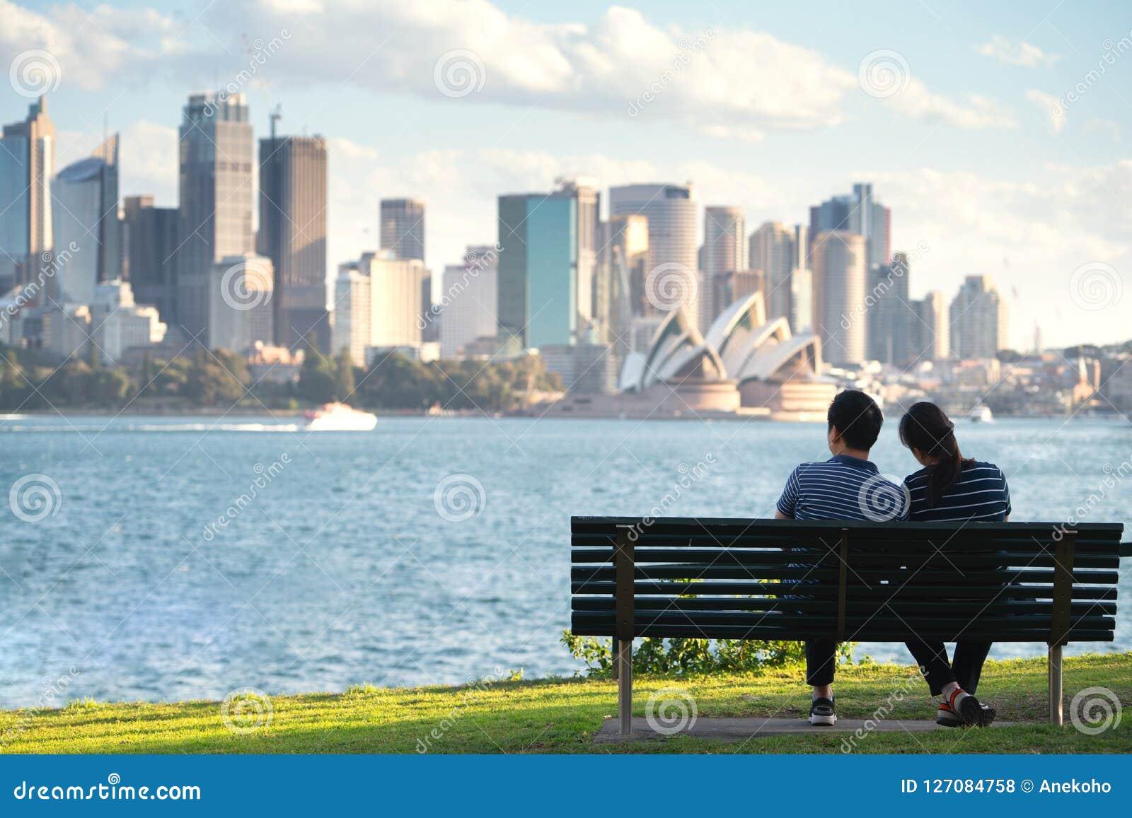 Les couples asiatiques se reposent et détendent après fonctionnement en parc à Sydney