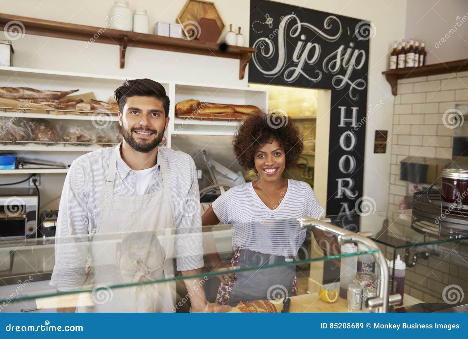 Les couples de métis derrière le compteur au sandwich barrent, se ferment