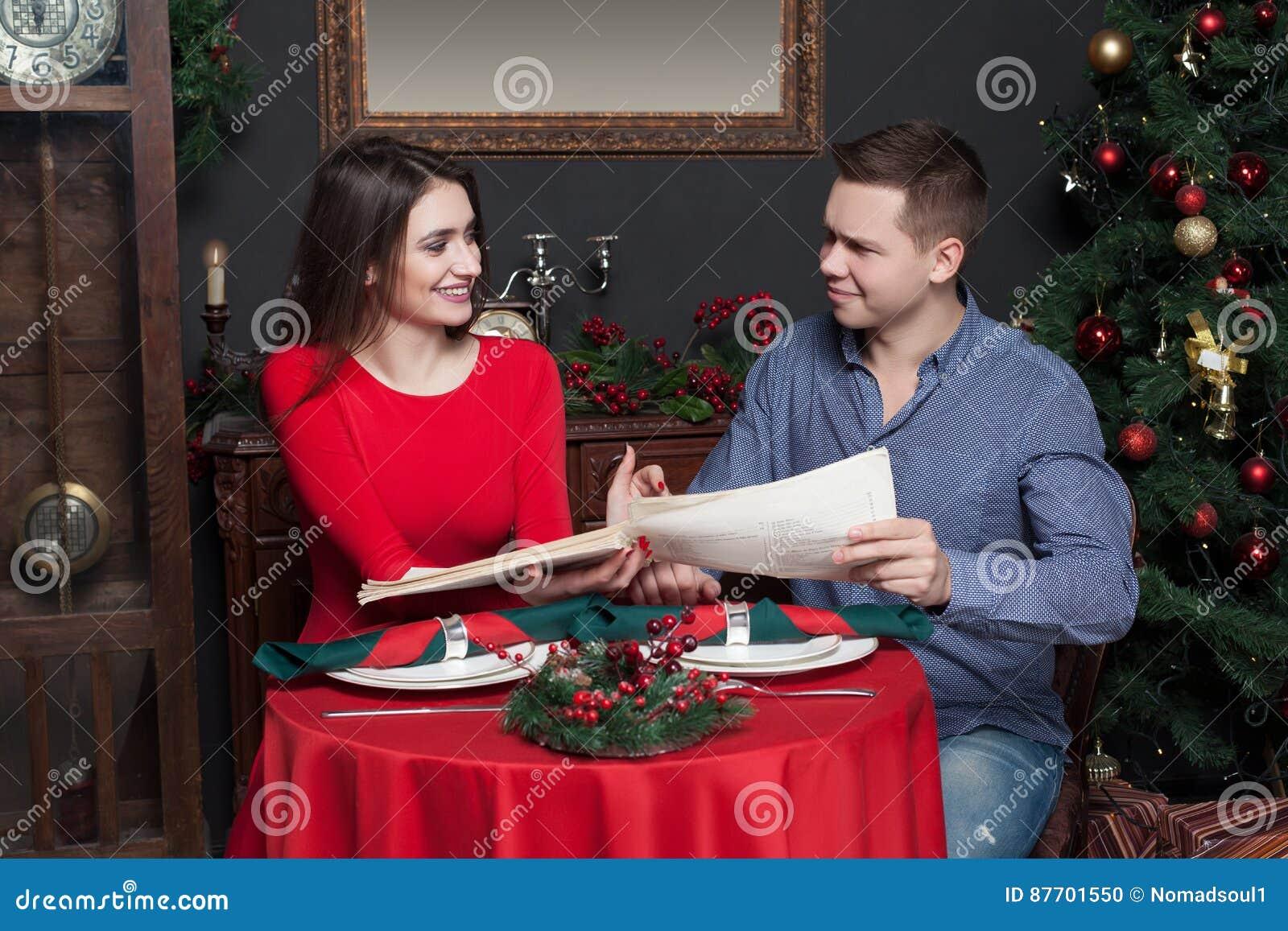 Les couples explorent le menu au restaurant de luxe