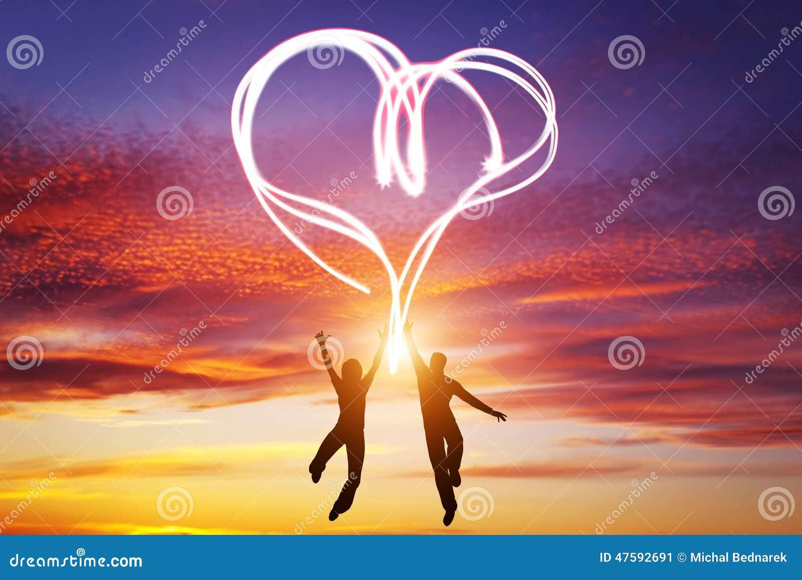 Les couples heureux dans l 39 amour sautent faisant le symbole de coeur de la lumi re illustration - Couple faisant l amour dans la cuisine ...