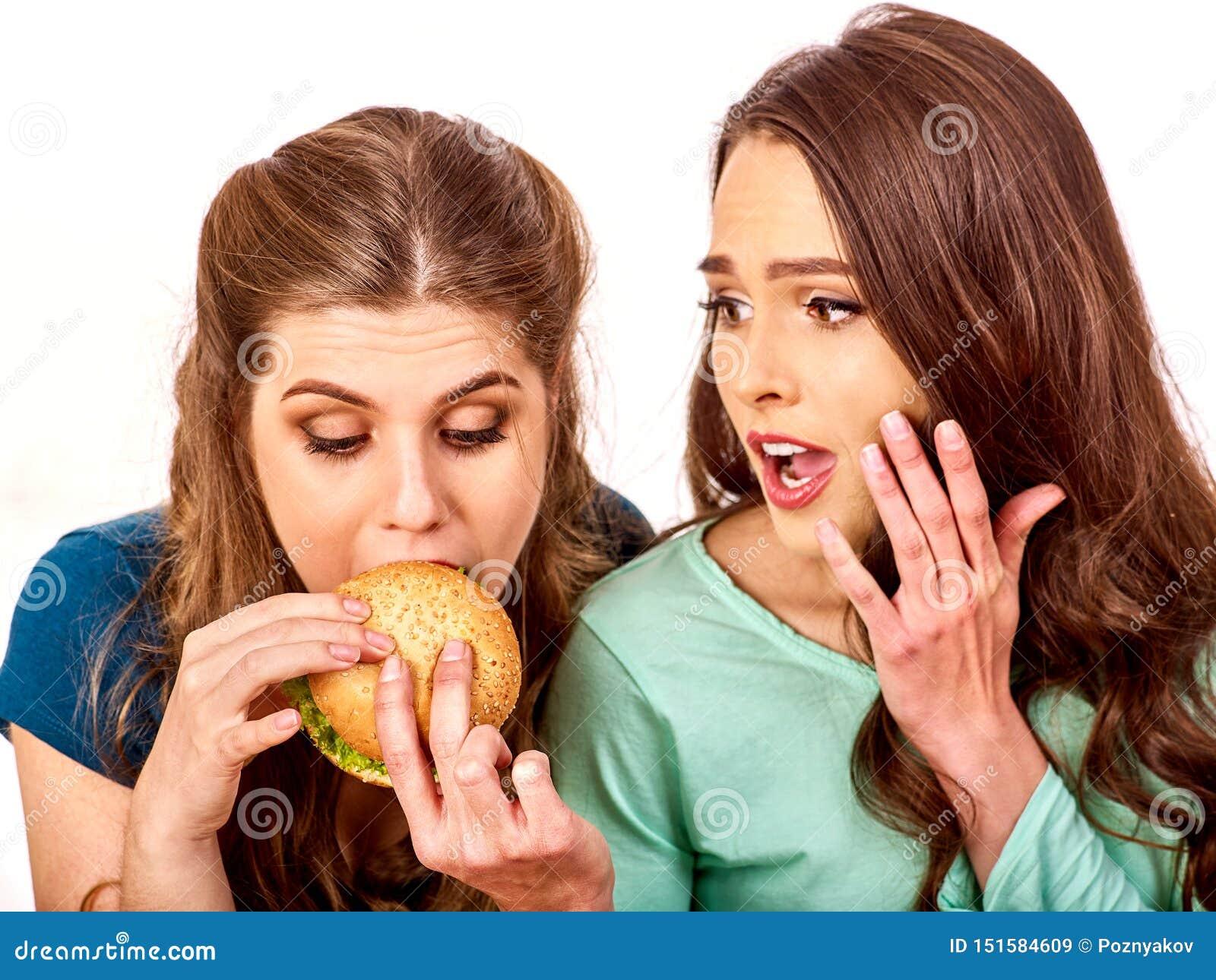 Les couples mangent l hamburger Les amis prennent les aliments de préparation rapide