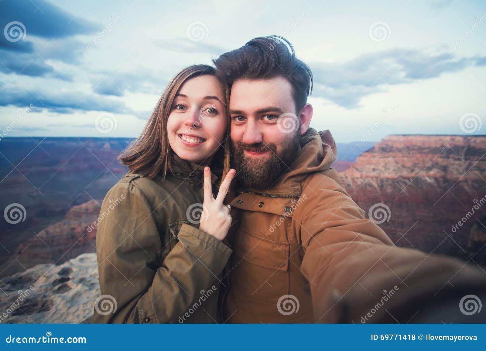 Les couples ou les amis romantiques montrent des pouces et font la photo de selfie sur le voyage augmentant chez Grand Canyon en